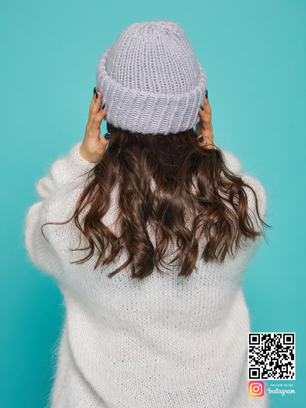 На пятой фотографии серая вязаная шапка со спины от Shapar, бренда одежды и головных уборов ручной работы в интернет-магазине связанных спицами вещей.
