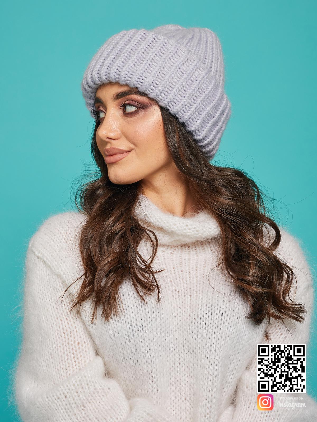 На третьей фотографии теплая серая вязаная шапка от Shapar, бренда одежды и головных уборов ручной работы в интернет-магазине связанных спицами вещей.