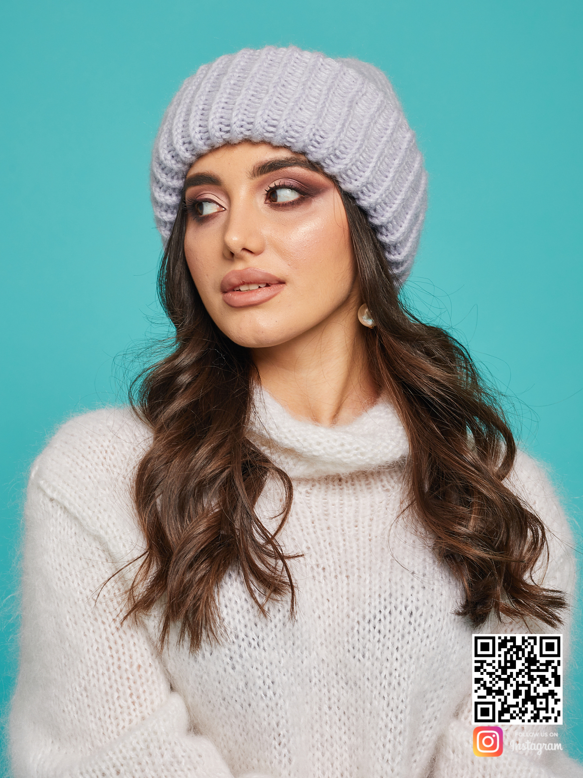 На второй фотографии женская серая вязаная шапка от Shapar, бренда одежды и головных уборов ручной работы в интернет-магазине связанных спицами вещей.