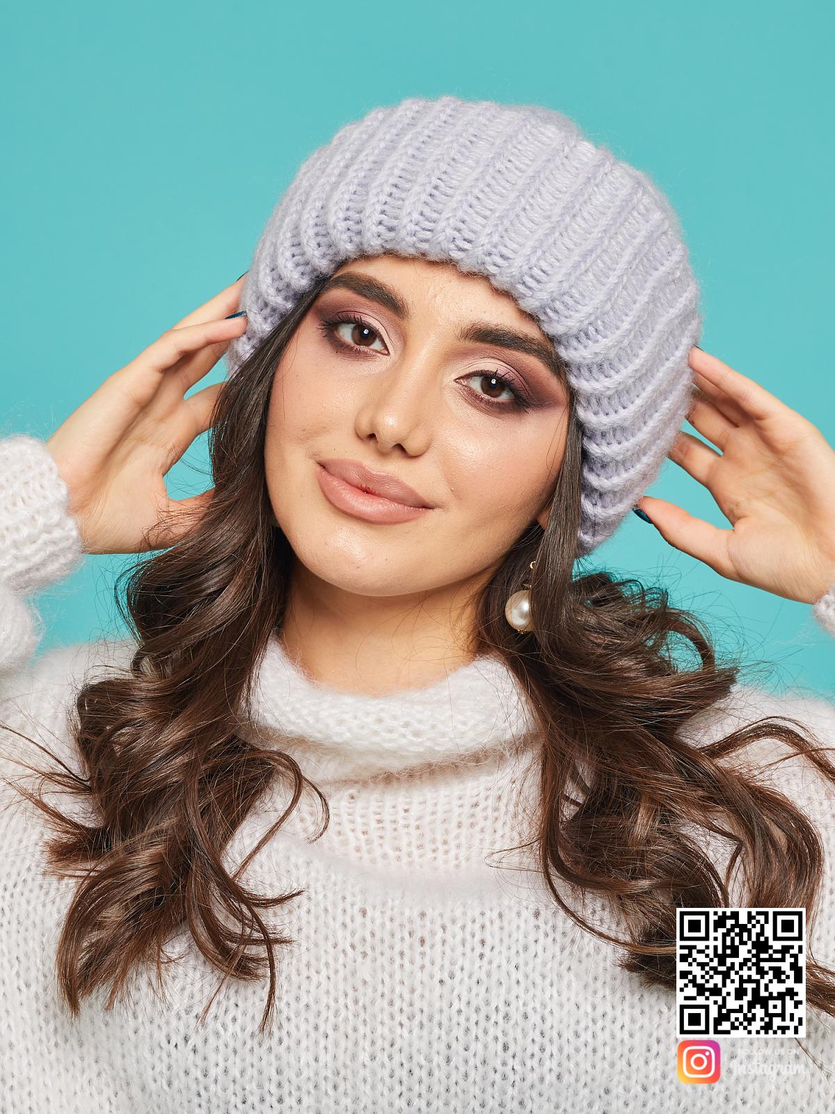 На шестой фотографии серая вязаная шапка из мериносовой шерсти от Shapar, бренда одежды и головных уборов ручной работы в интернет-магазине связанных спицами вещей.