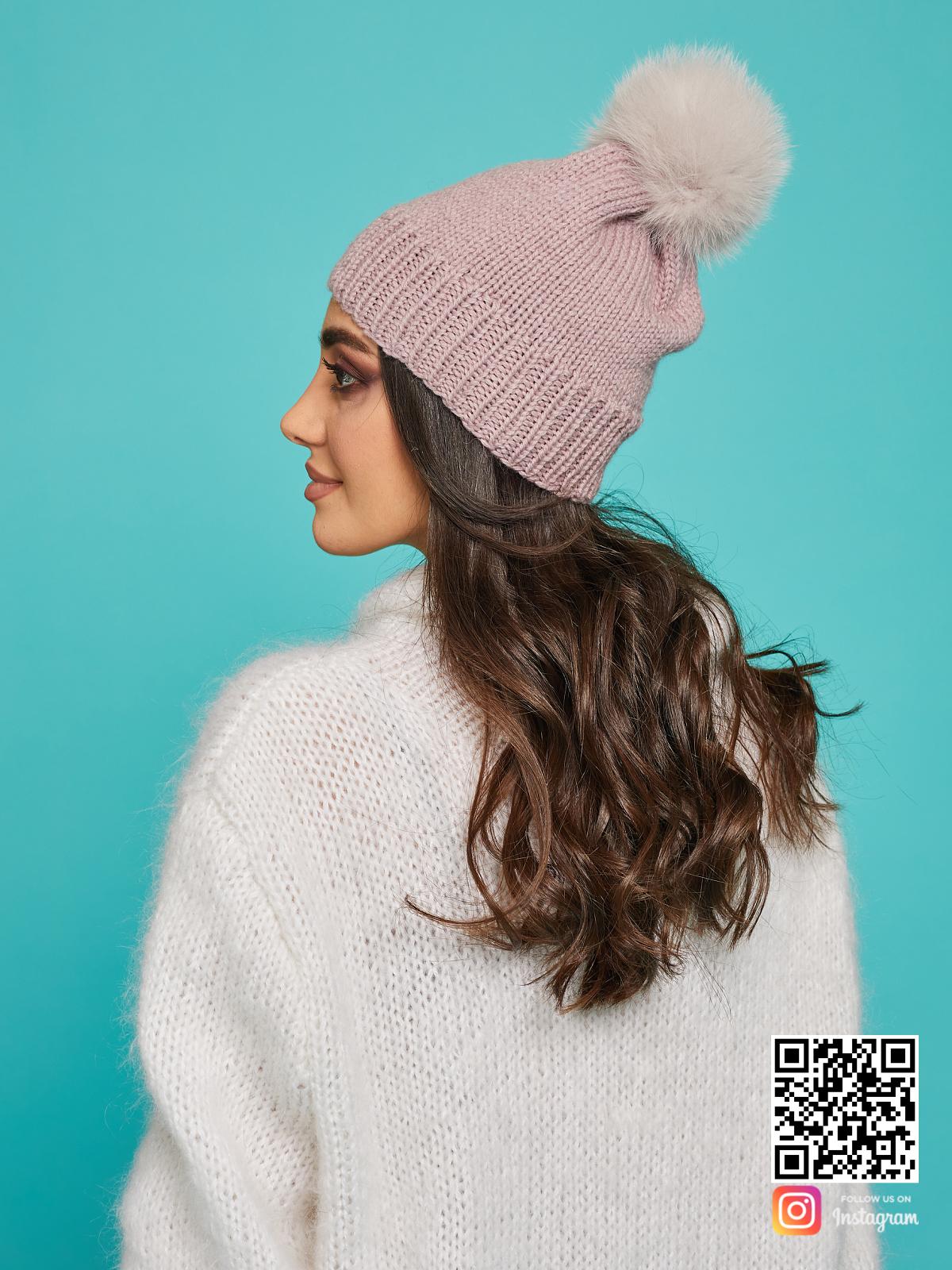 На четвертой фотографии женская шапка с помпоном из натурального меха от Shapar, бренда вязаной одежды и головных уборов ручной работы в интернет-магазине связанных спицами вещей.