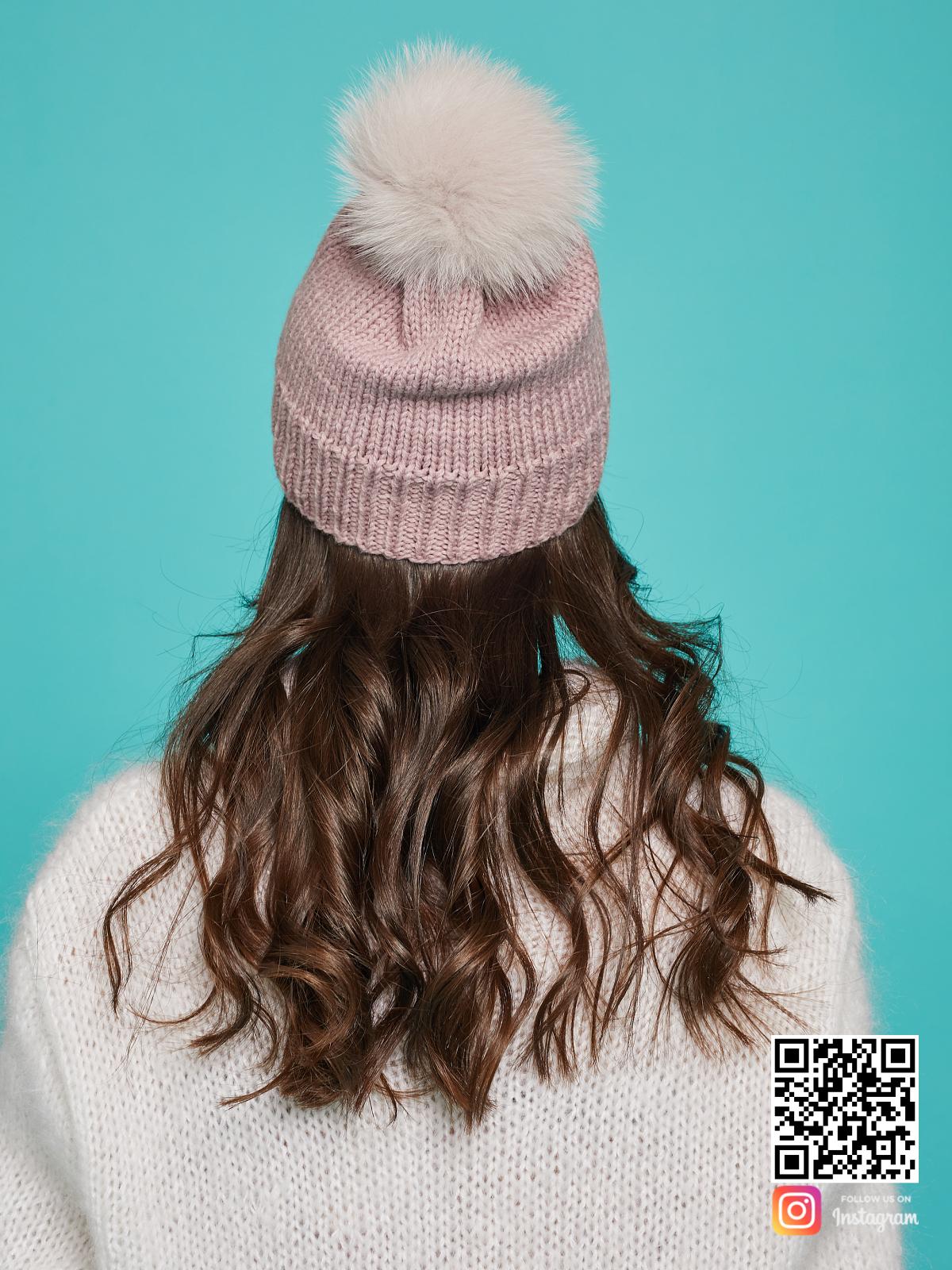 На третьей фотографии шапка с помпоном из натурального меха со спины от Shapar, бренда вязаной одежды и головных уборов ручной работы в интернет-магазине связанных спицами вещей.
