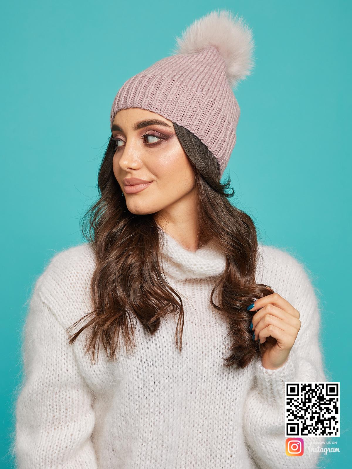На второй фотографии шапка с помпоном из натурального меха скандинавского песца от Shapar, бренда вязаной одежды и головных уборов ручной работы в интернет-магазине связанных спицами вещей.