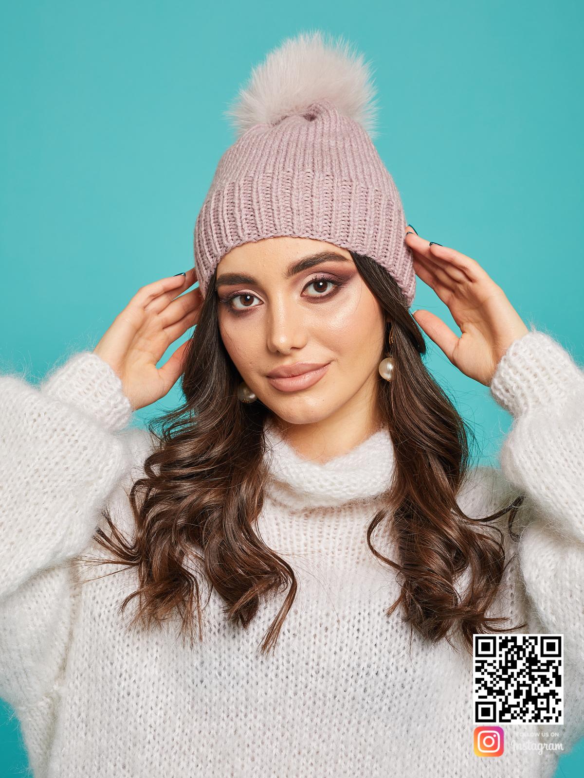 На пятой фотографии стильная шапка с помпоном из натурального меха для девушек от Shapar, бренда вязаной одежды и головных уборов ручной работы в интернет-магазине связанных спицами вещей.