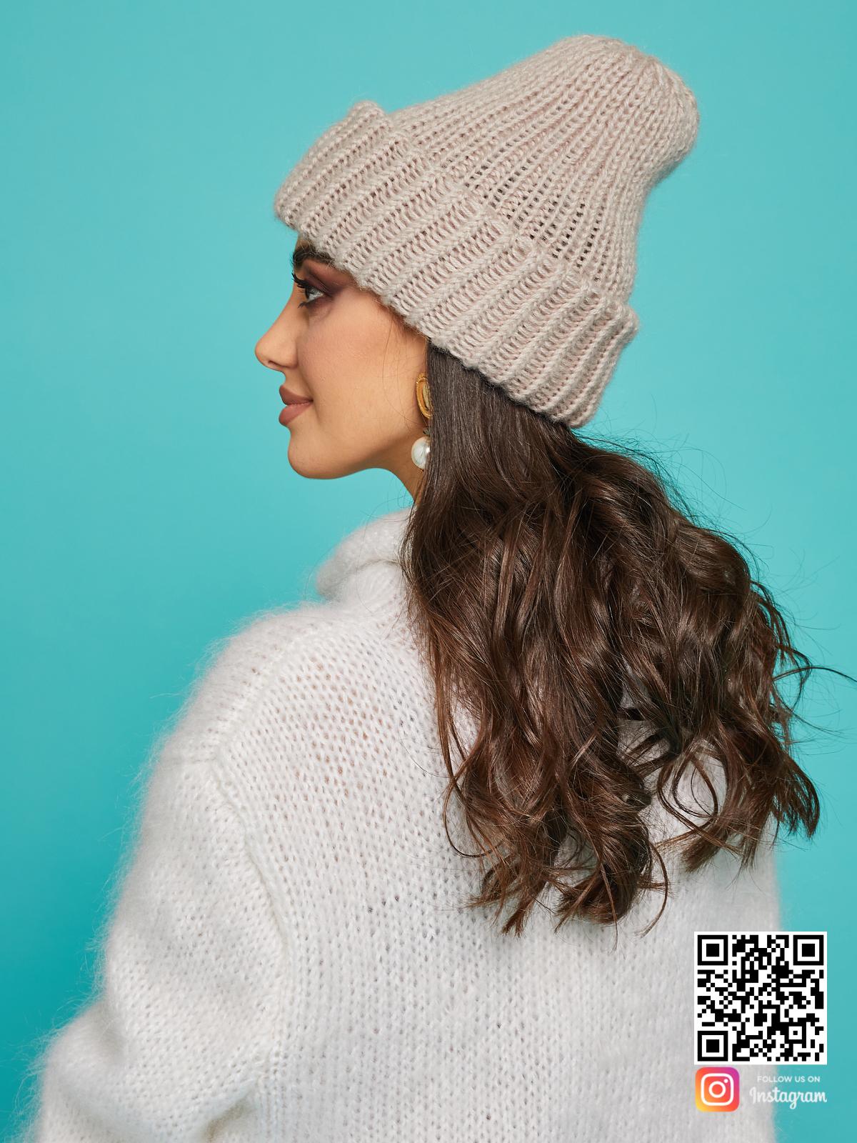 На третьей фотографии теплая шерстяная вязаная шапка от Shapar, бренда одежды и головных уборов ручной работы в интернет-магазине связанных спицами вещей.