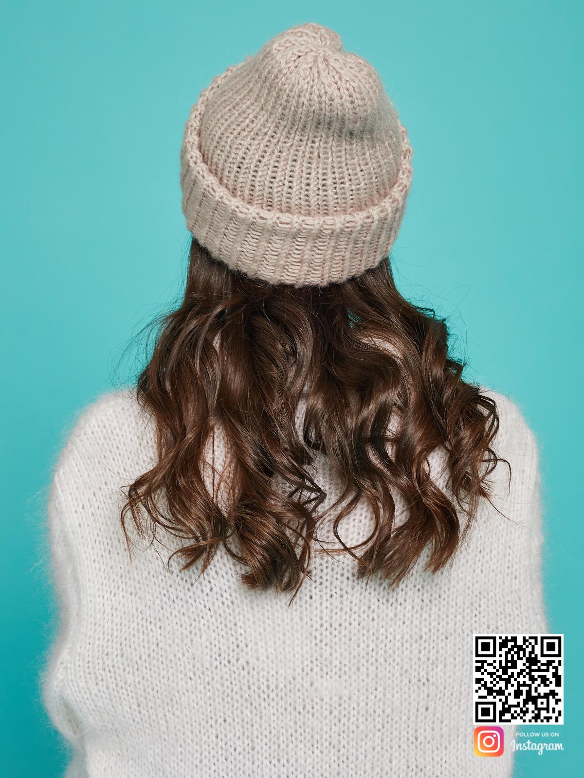 На четвертой фотографии шерстяная вязаная шапка со спины от Shapar, бренда одежды и головных уборов ручной работы в интернет-магазине связанных спицами вещей.