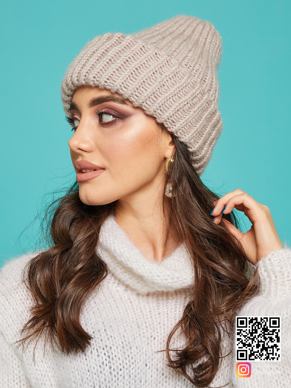 На второй фотографии женская шерстяная вязаная шапка от Shapar, бренда одежды и головных уборов ручной работы в интернет-магазине связанных спицами вещей.