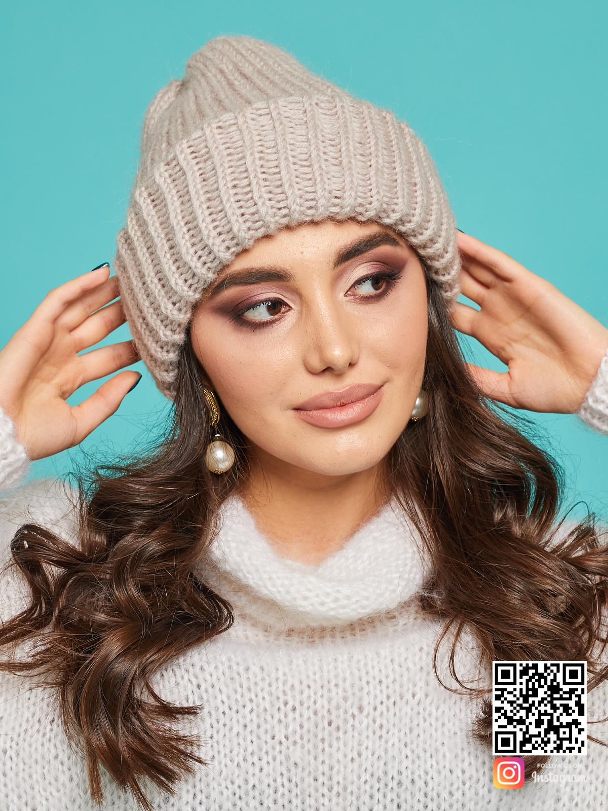 На пятой фотографии модная шерстяная вязаная шапка для девушек и женщин от Shapar, бренда одежды и головных уборов ручной работы в интернет-магазине связанных спицами вещей.