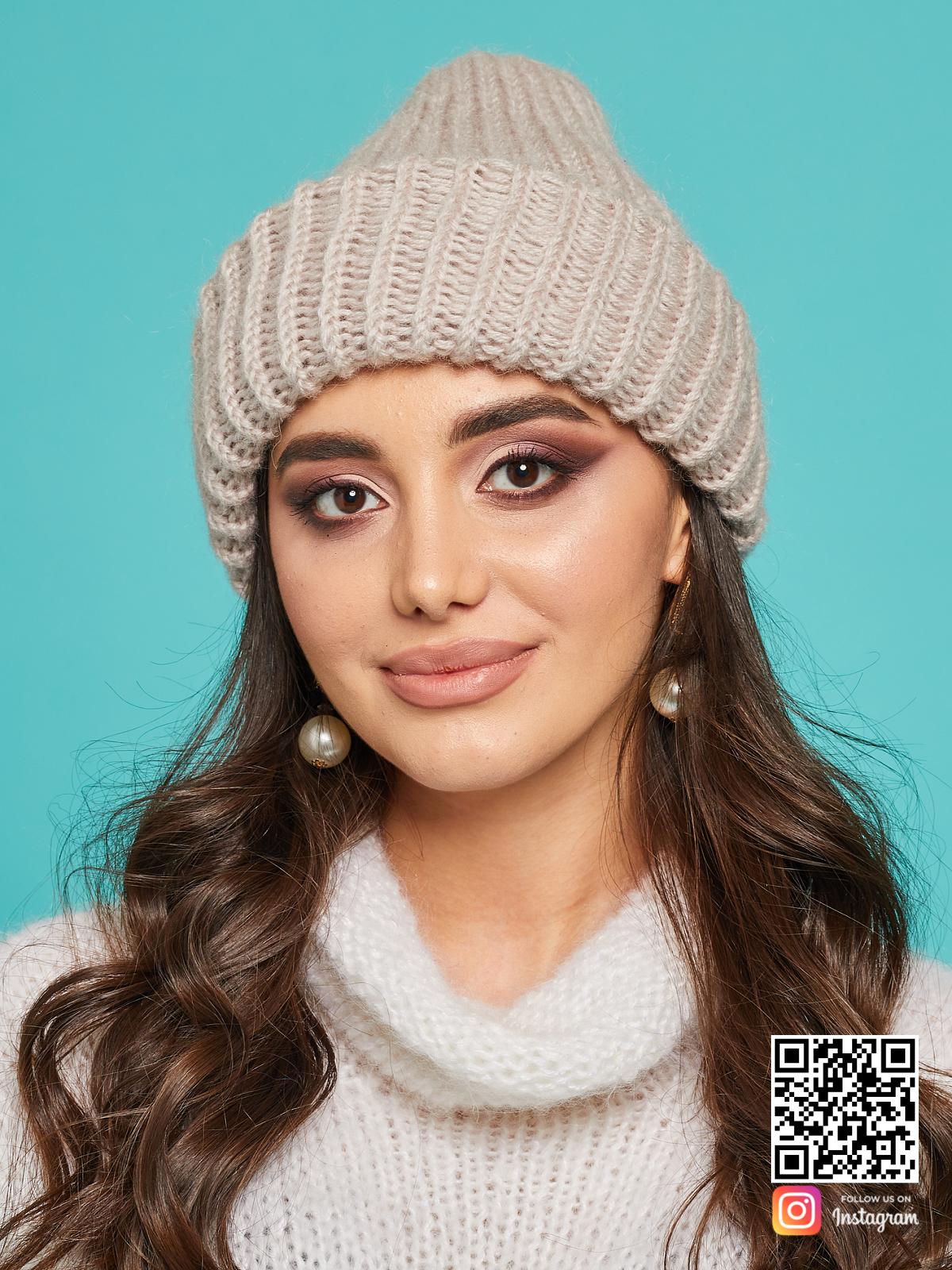 На фотографии шерстяная вязаная шапка от Shapar, бренда одежды и головных уборов ручной работы в интернет-магазине связанных спицами вещей.