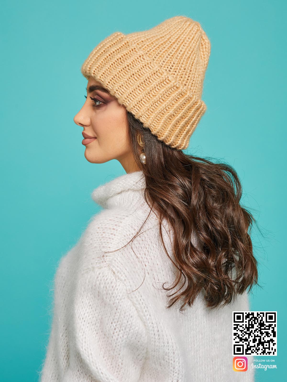 На третьей фотографии бежевая теплая вязаная шапка спицами от Shapar, бренда женской одежды и головных уборов ручной работы в интернет-магазине связанных вещей.