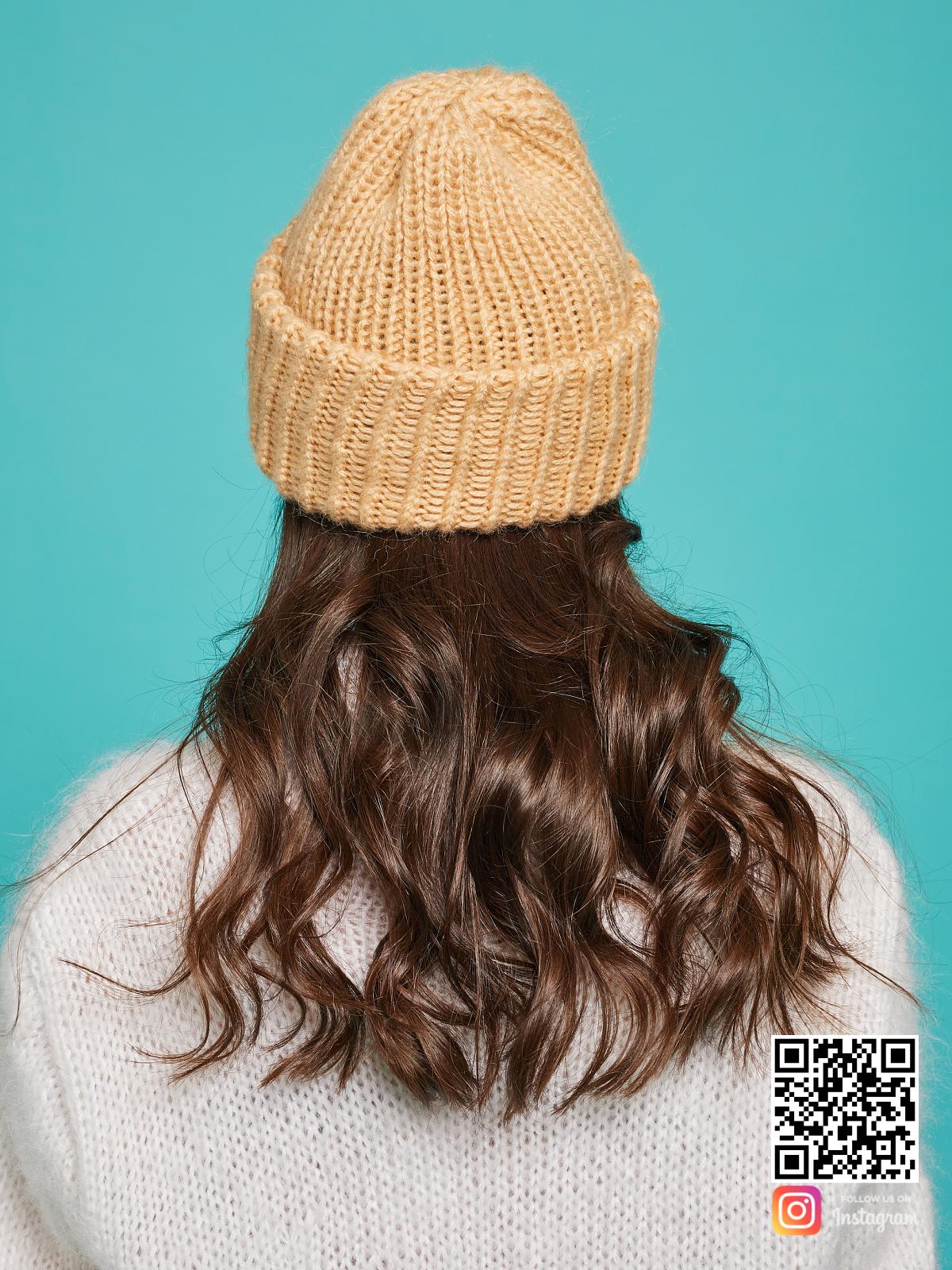На четвертой фотографии теплая вязаная шапка спицами из мериносовой шерсти от Shapar, бренда женской одежды и головных уборов ручной работы в интернет-магазине связанных вещей.