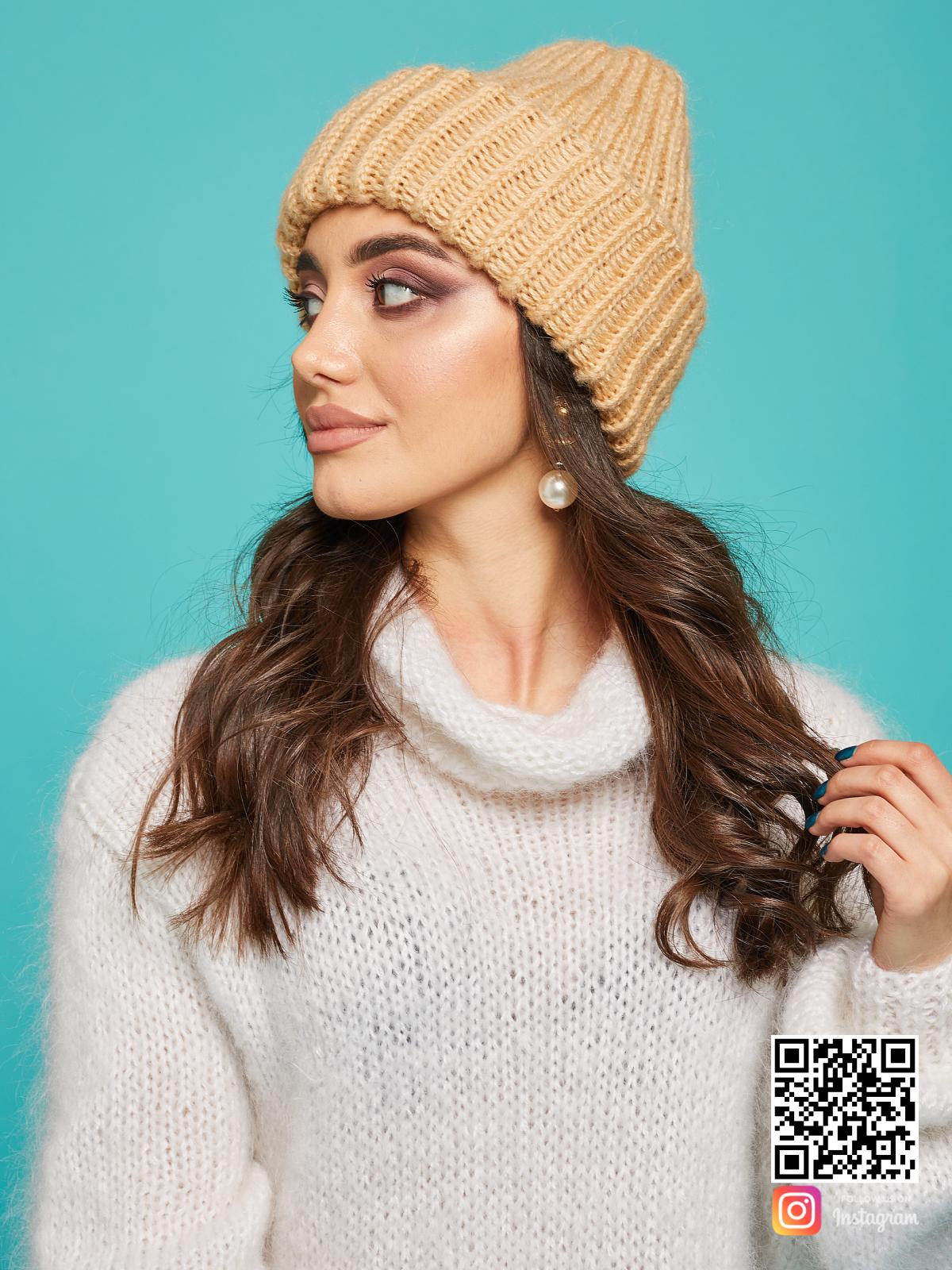 На второй фотографии теплая вязаная шапка спицами бежевого цвета от Shapar, бренда женской одежды и головных уборов ручной работы в интернет-магазине связанных вещей.