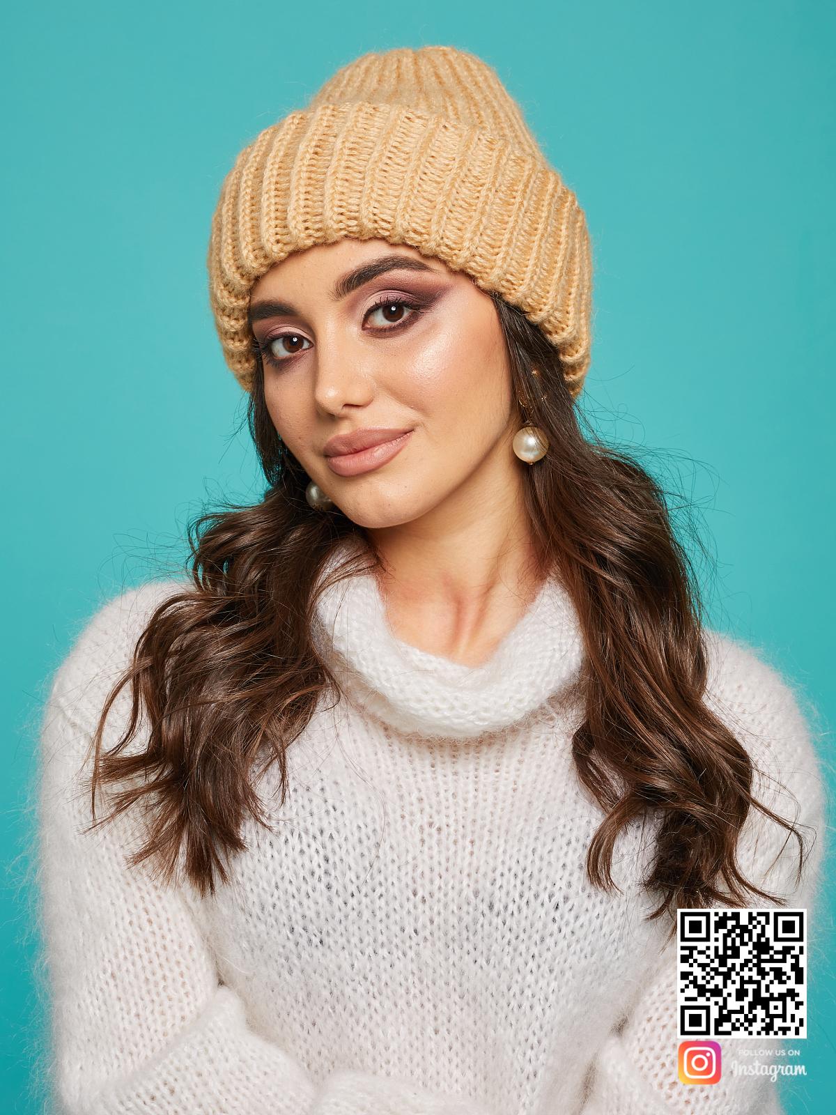 На фотографии теплая вязаная шапка спицами от Shapar, бренда женской одежды и головных уборов ручной работы в интернет-магазине связанных вещей.
