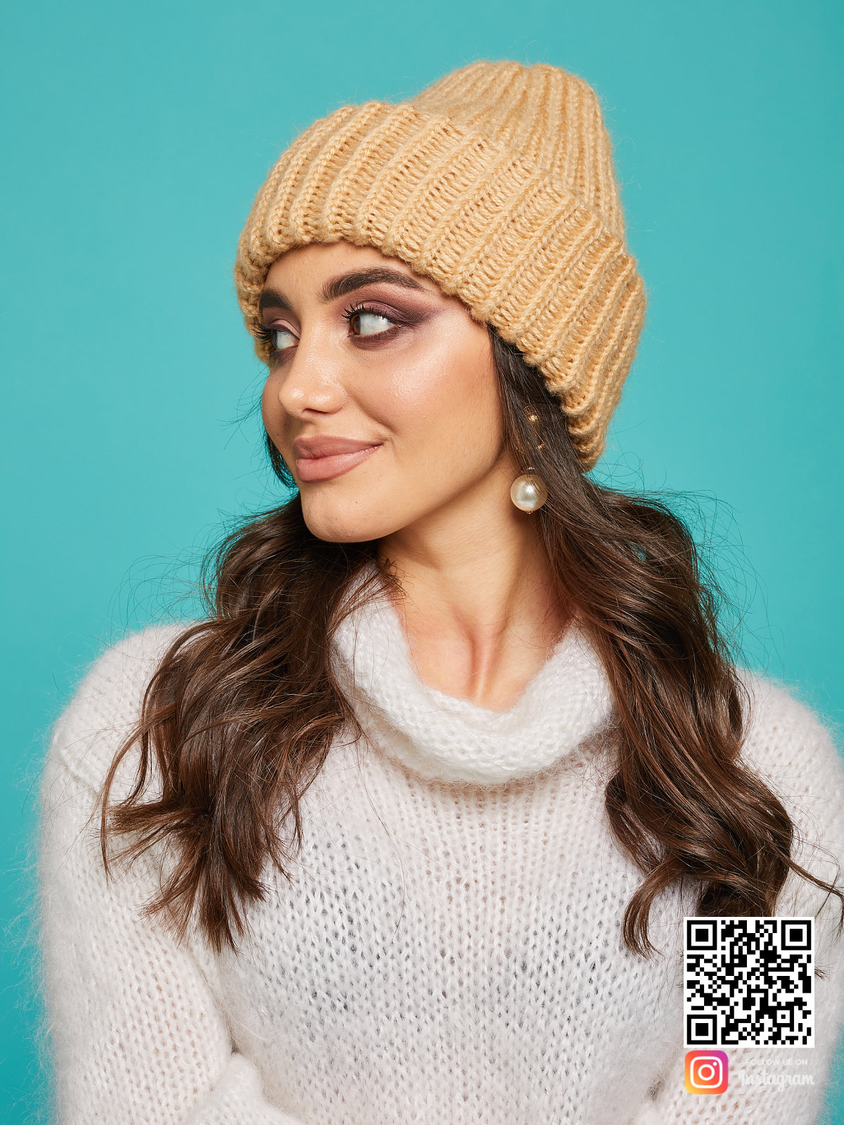 На пятой фотографии модная теплая вязаная шапка спицами от Shapar, бренда женской одежды и головных уборов ручной работы в интернет-магазине связанных вещей.