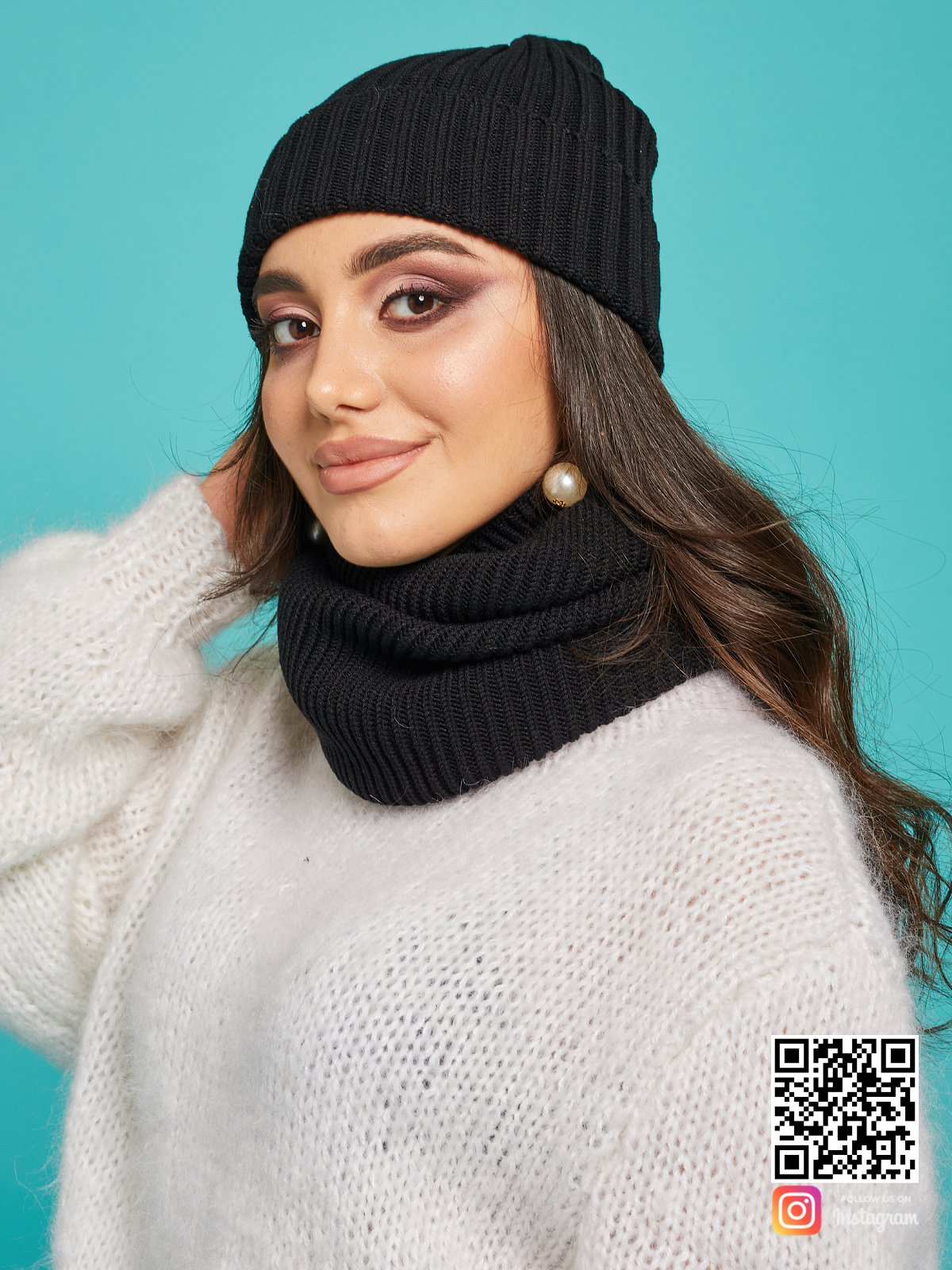 На второй фотографии женский вязаный комплект шапка и снуд от Shapar, бренда одежды ручной работы в интернет-магазине связанных спицами вещей.