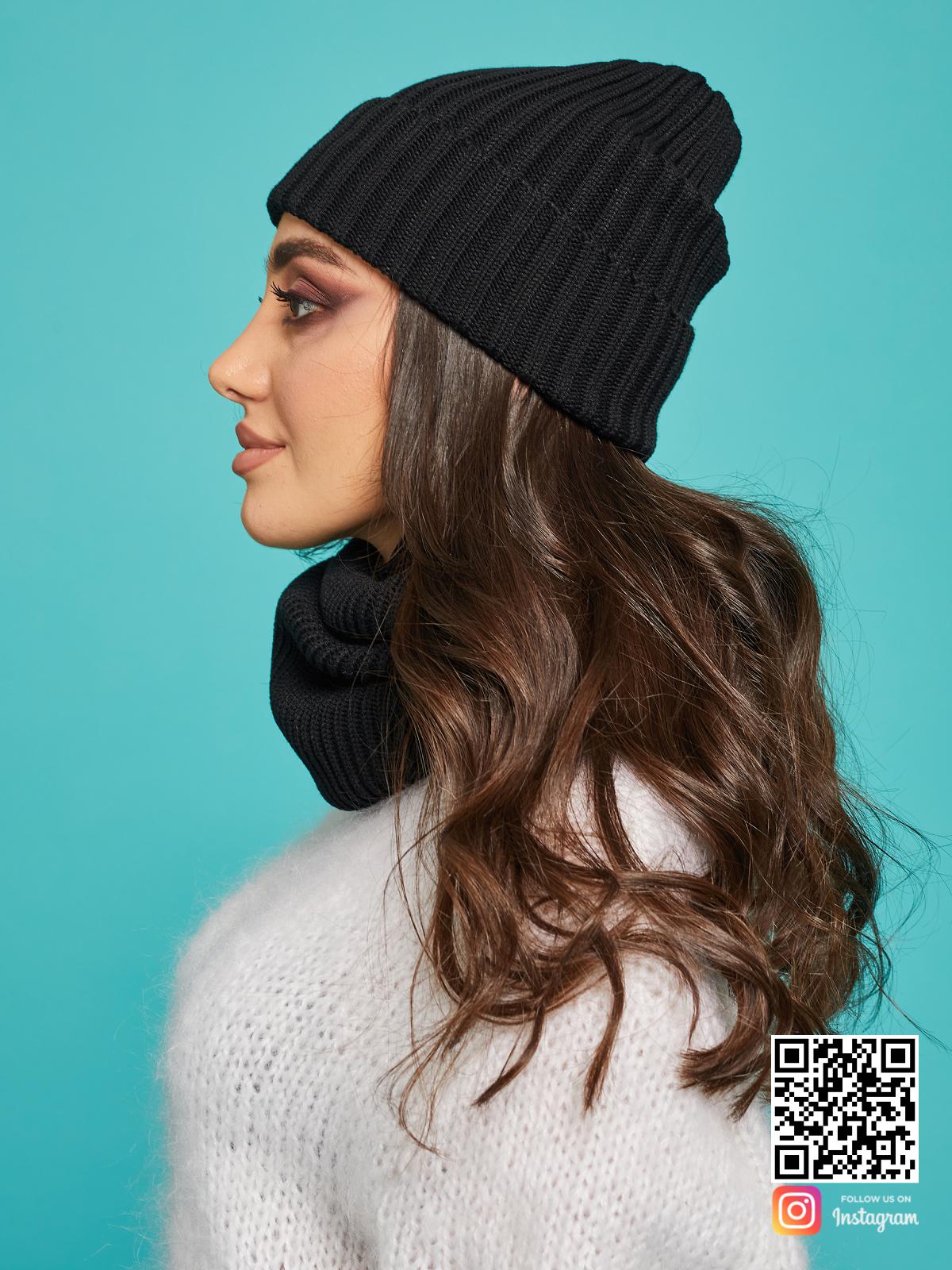 На третьей фотографии черный вязаный комплект шапка и снуд от Shapar, бренда одежды ручной работы в интернет-магазине связанных спицами вещей.