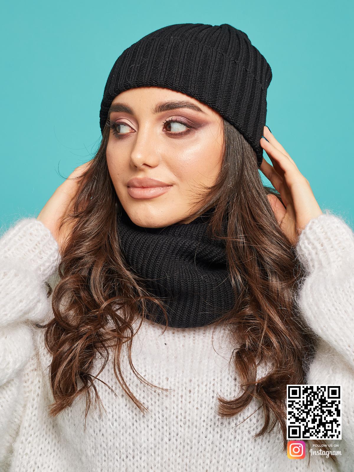 На четвертой фотографии вязаный комплект шапка и снуд черного цвета от Shapar, бренда одежды ручной работы в интернет-магазине связанных спицами вещей.