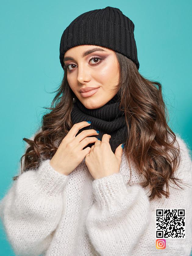 На фотографии вязаный комплект шапка и снуд от Shapar, бренда одежды ручной работы в интернет-магазине связанных спицами вещей.