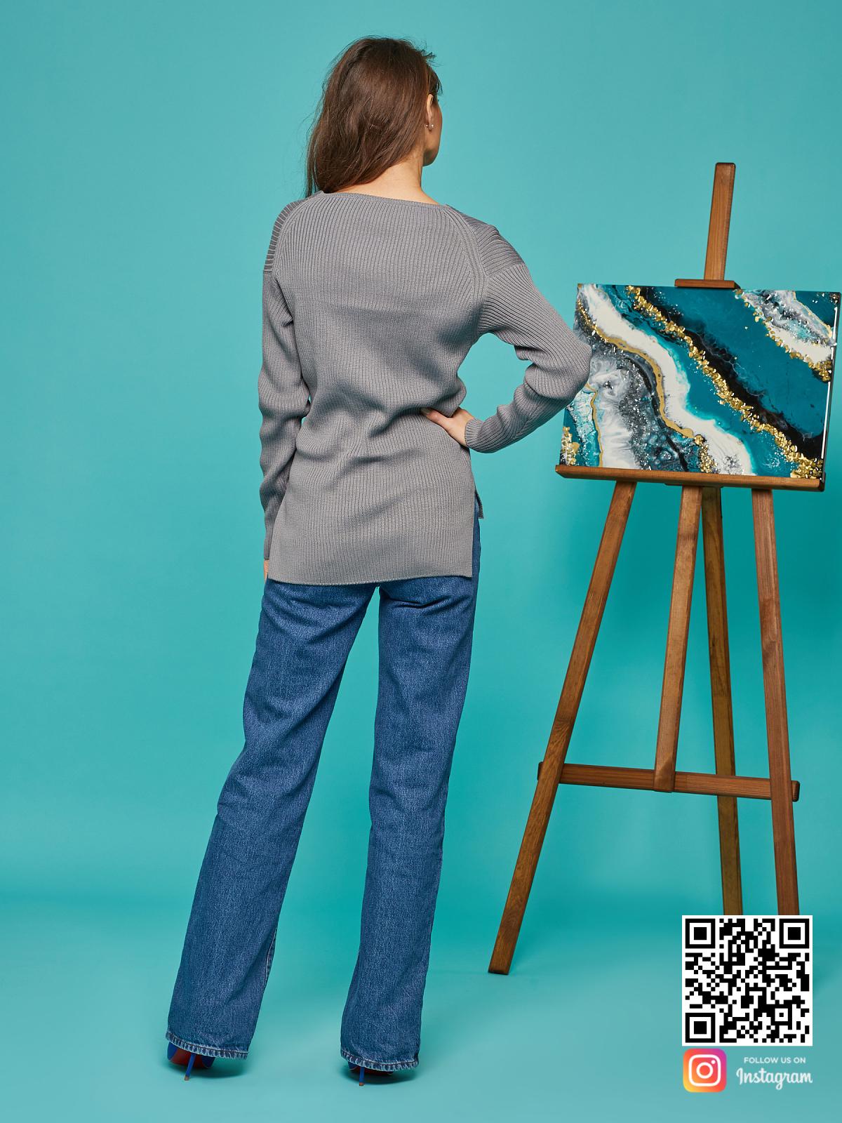 На второй фотографии женский базовый свитер со спины от Shapar, бренда вязаной одежды ручной работы в интернет-магазине связанных спицами вещей.