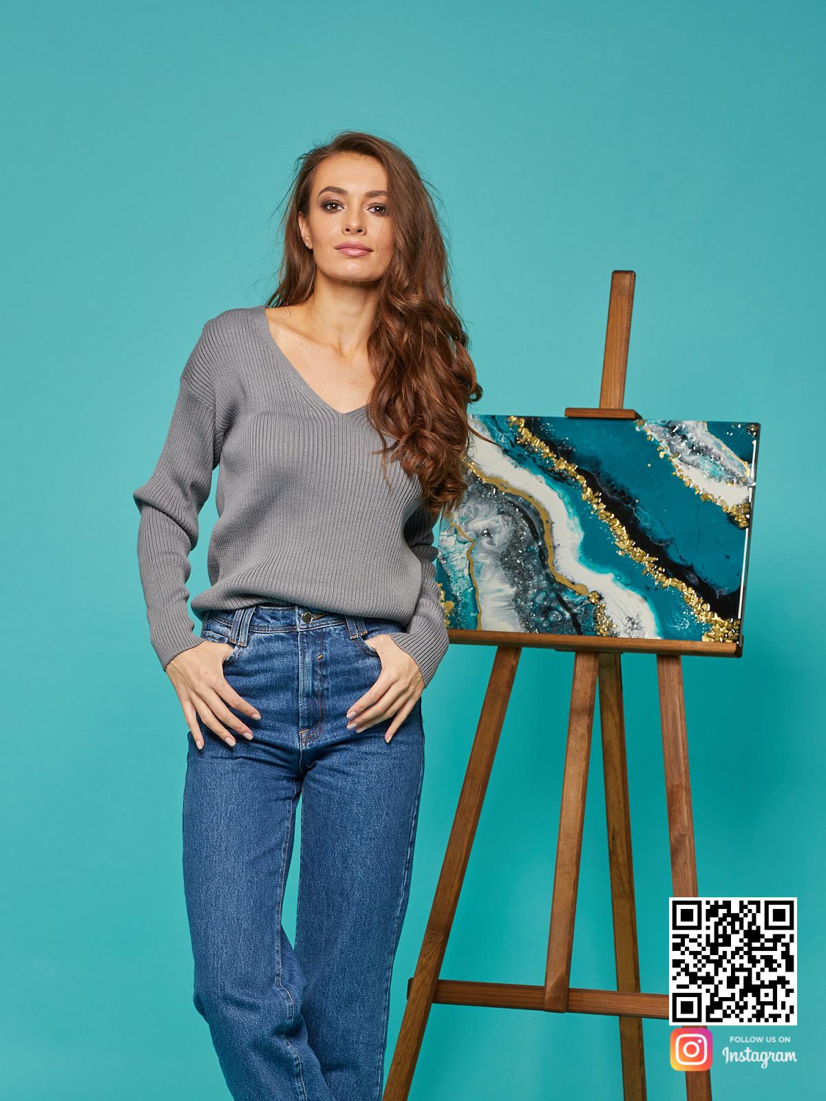 На пятой фотографии короткий базовый свитер от Shapar, бренда вязаной одежды ручной работы в интернет-магазине связанных спицами вещей.