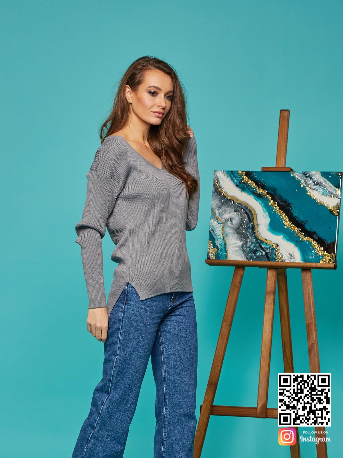 На фотографии женский H1 от Shapar, бренда вязаной одежды ручной работы в интернет-магазине связанных спицами вещей.