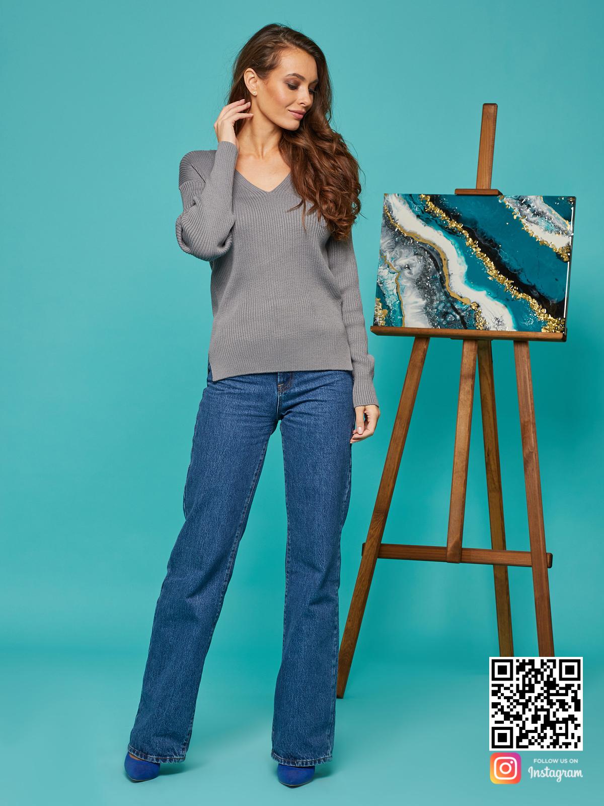 На фотографии женский базовый свитер от Shapar, бренда вязаной одежды ручной работы в интернет-магазине связанных спицами вещей.