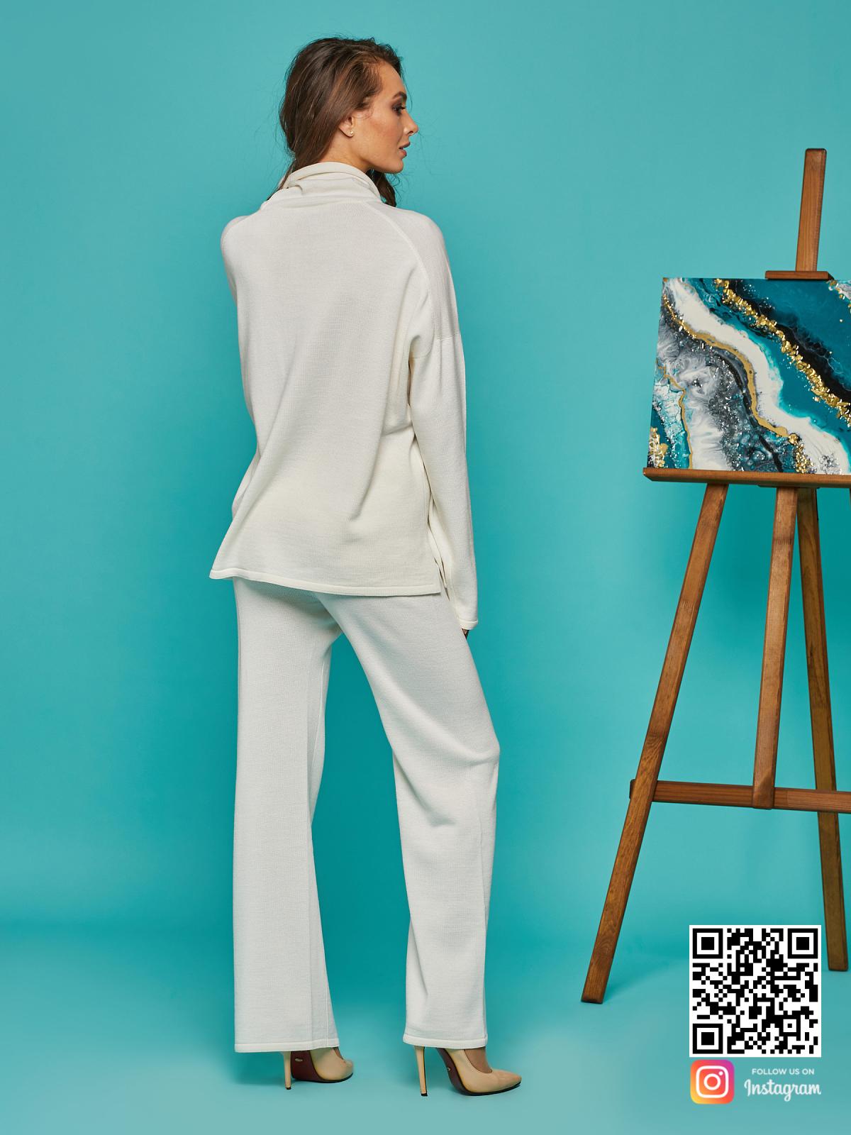 На шестой фотографии элегантный белый костюм оверсайз от Shapar, бренда вязаной одежды ручной работы в интернет-магазине связанных спицами вещей.