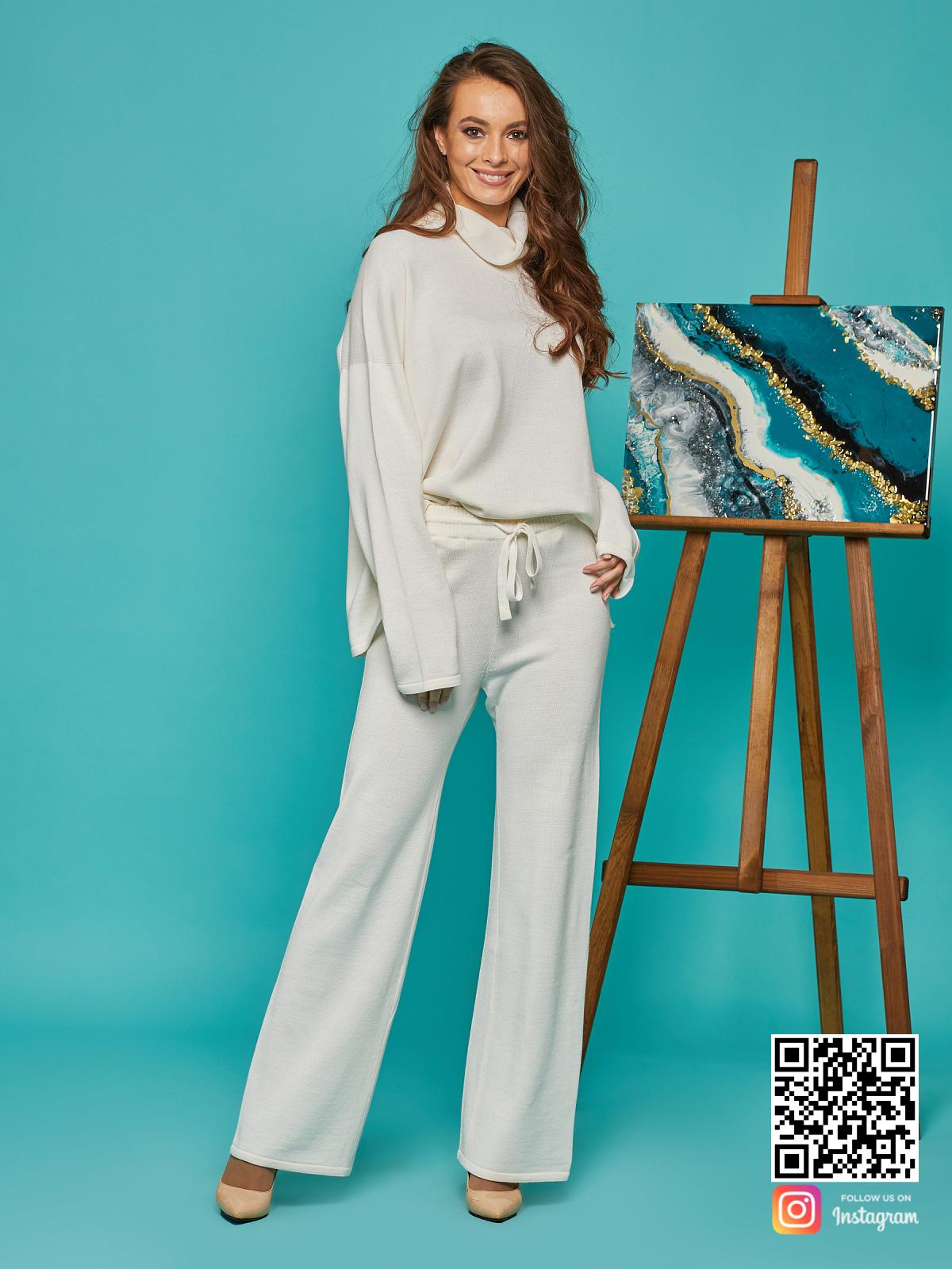 На пятой фотографии белый костюм оверсайз для девушек от Shapar, бренда вязаной одежды ручной работы в интернет-магазине связанных спицами вещей.