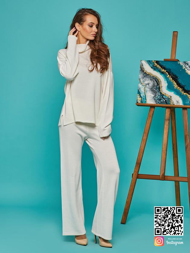 На фотографии женский белый костюм оверсайз от Shapar, бренда вязаной одежды ручной работы в интернет-магазине связанных спицами вещей.