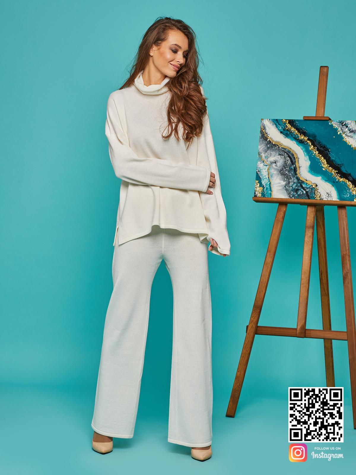 На седьмой фотографии стильный женский белый костюм оверсайз от Shapar, бренда вязаной одежды ручной работы в интернет-магазине связанных спицами вещей.
