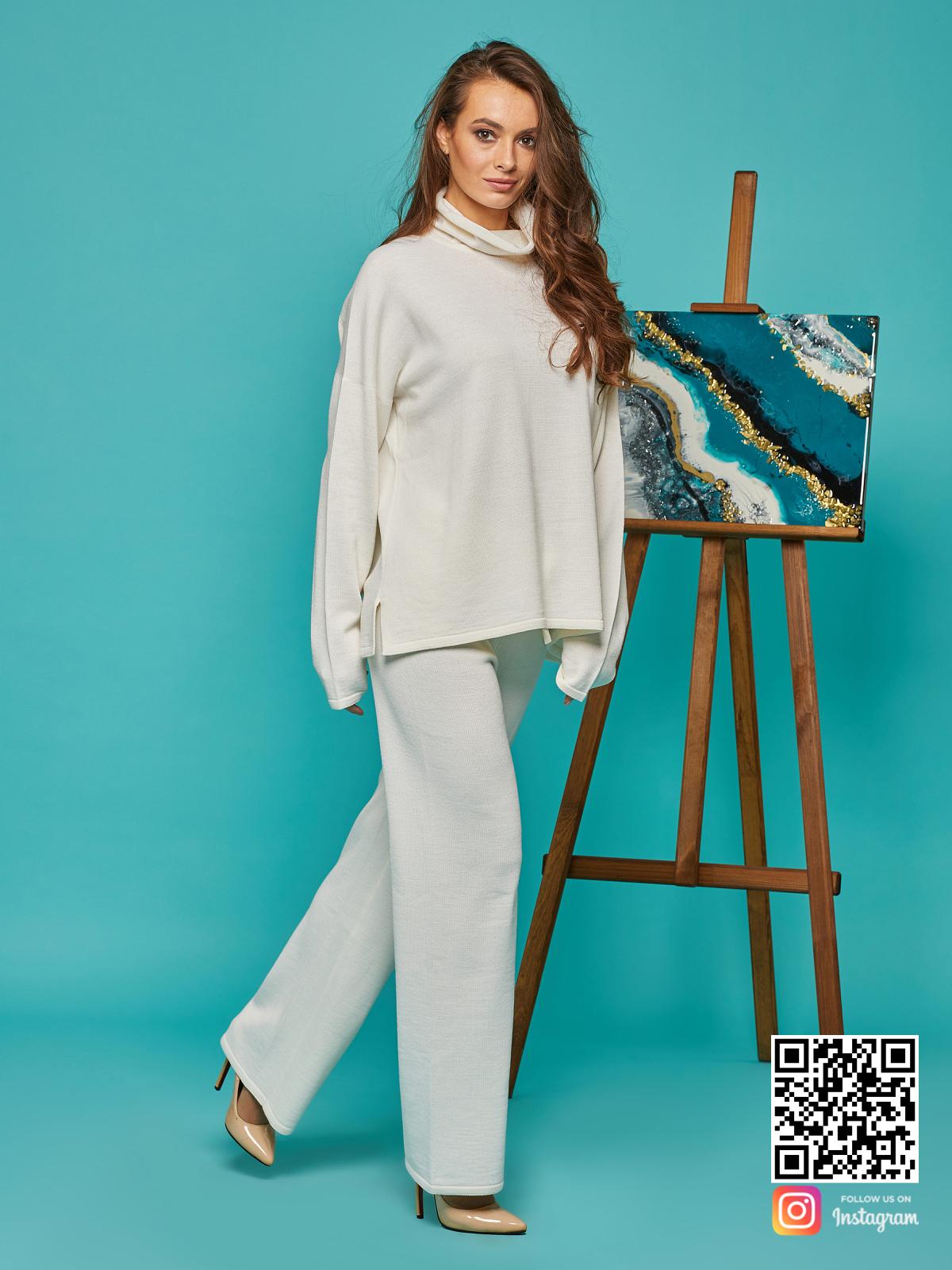 На четвертой фотографии женский костюм оверсайз белого цвета от Shapar, бренда вязаной одежды ручной работы в интернет-магазине связанных спицами вещей.
