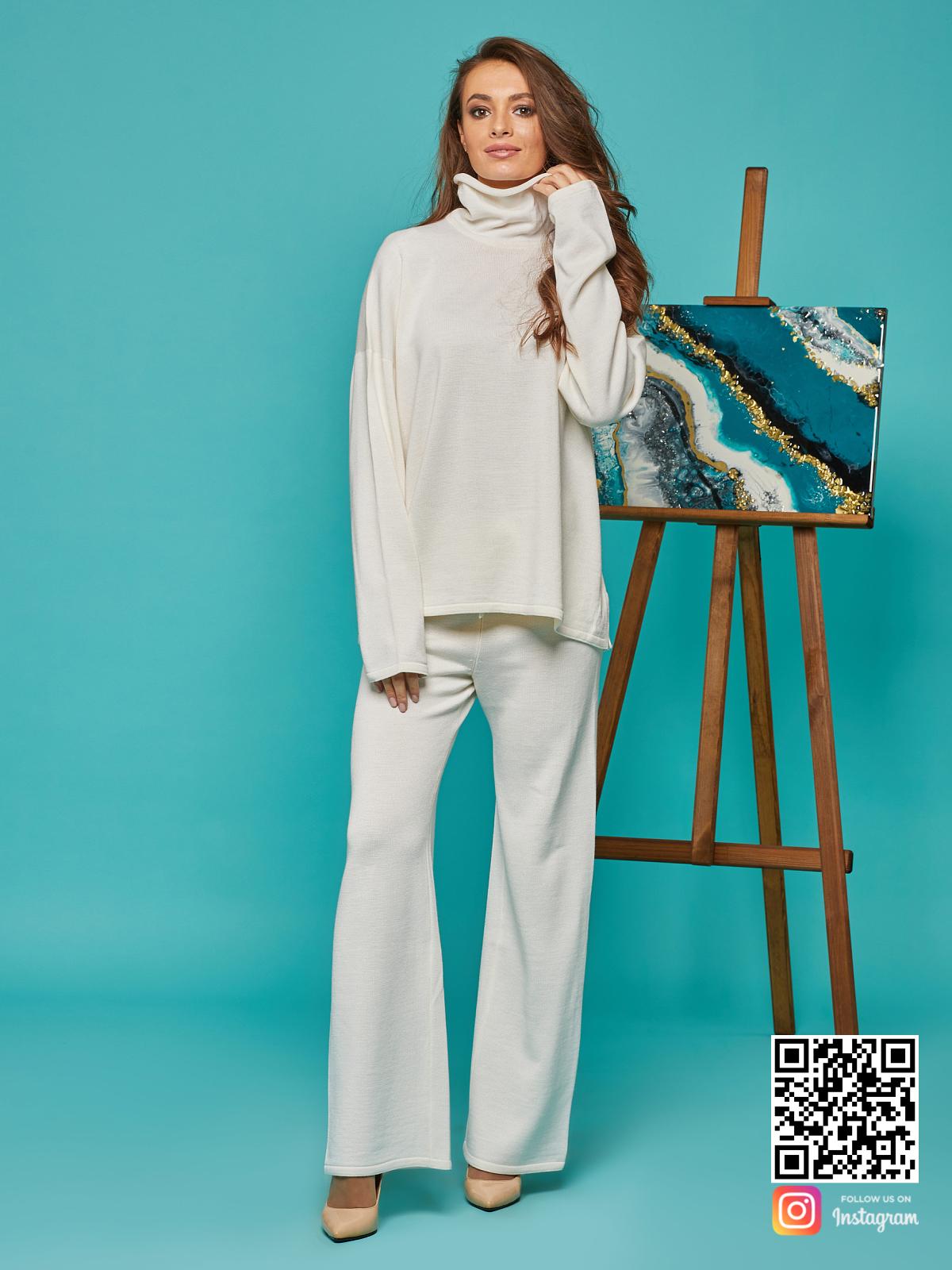 На третьей фотографии женский белый костюм оверсайз с воротником от Shapar, бренда вязаной одежды ручной работы в интернет-магазине связанных спицами вещей.