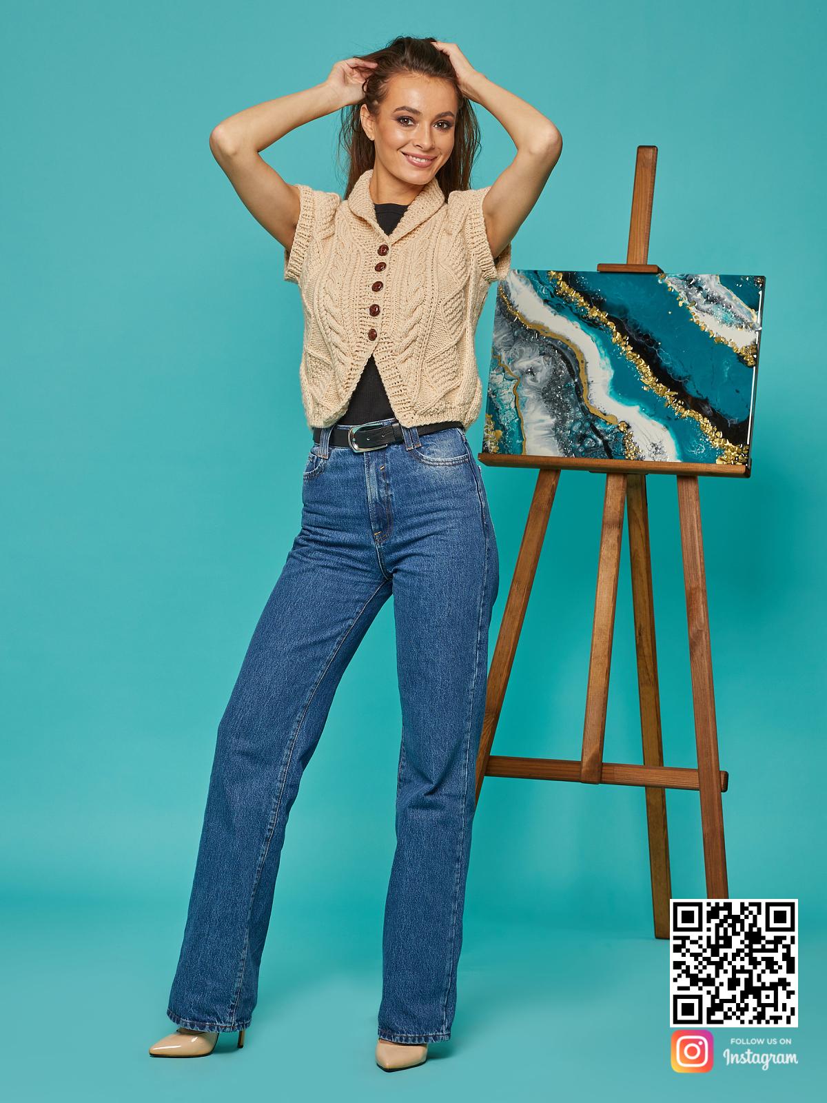 На седьмой фотографии стильная бежевая жилетка жилетка от Shapar, бренда вязаной одежды ручной работы в интернет-магазине связанных спицами вещей.