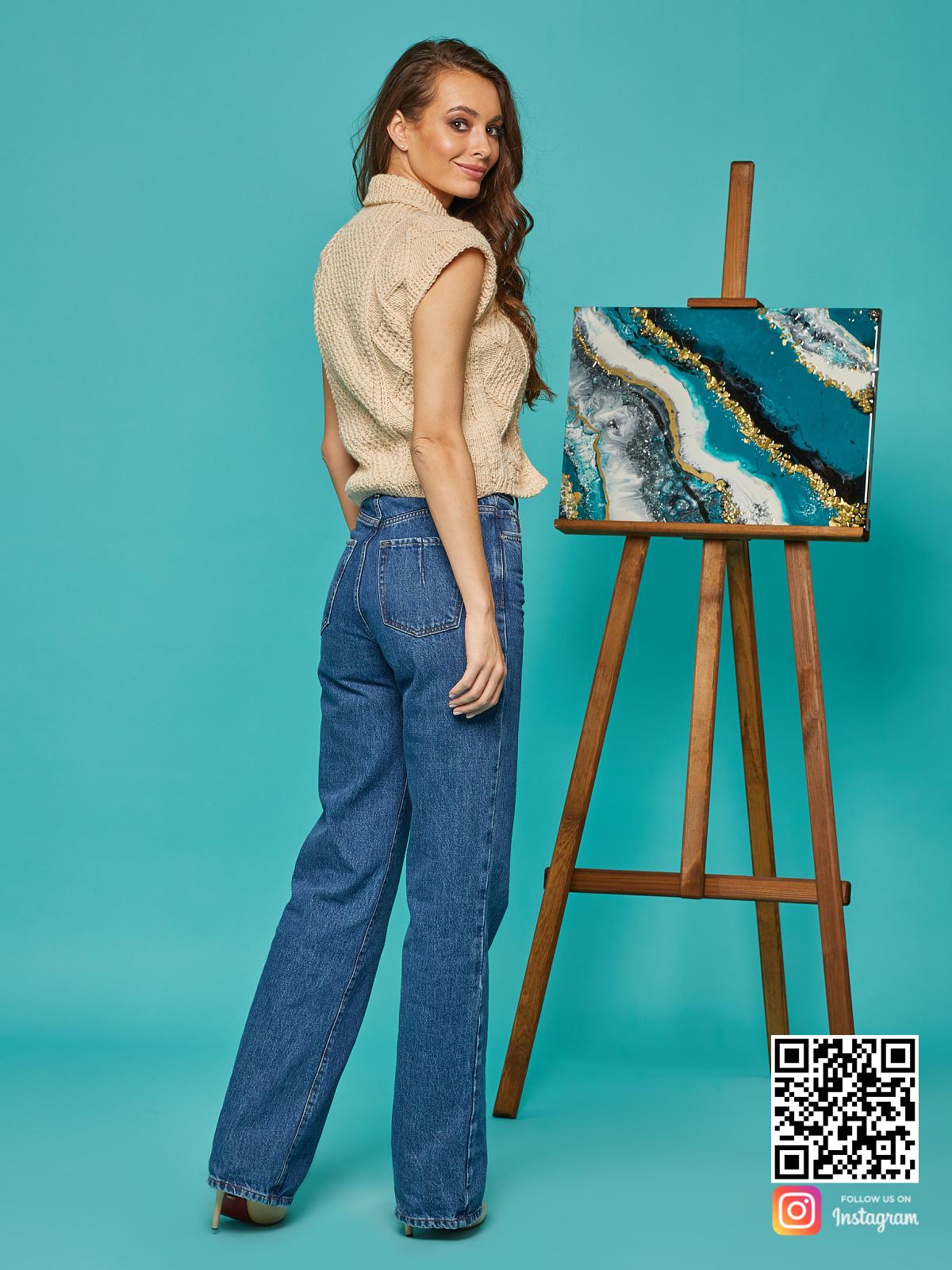 На второй фотографии женская бежевая жилетка со спины от Shapar, бренда вязаной одежды ручной работы в интернет-магазине связанных спицами вещей.
