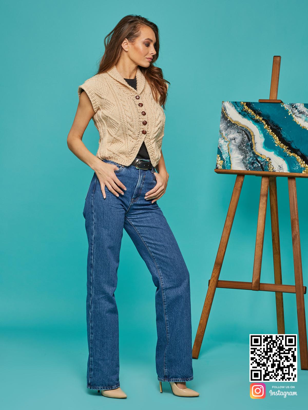 На четвертой фотографии женская бежевая жилетка на пуговицах от Shapar, бренда вязаной одежды ручной работы в интернет-магазине связанных спицами вещей.