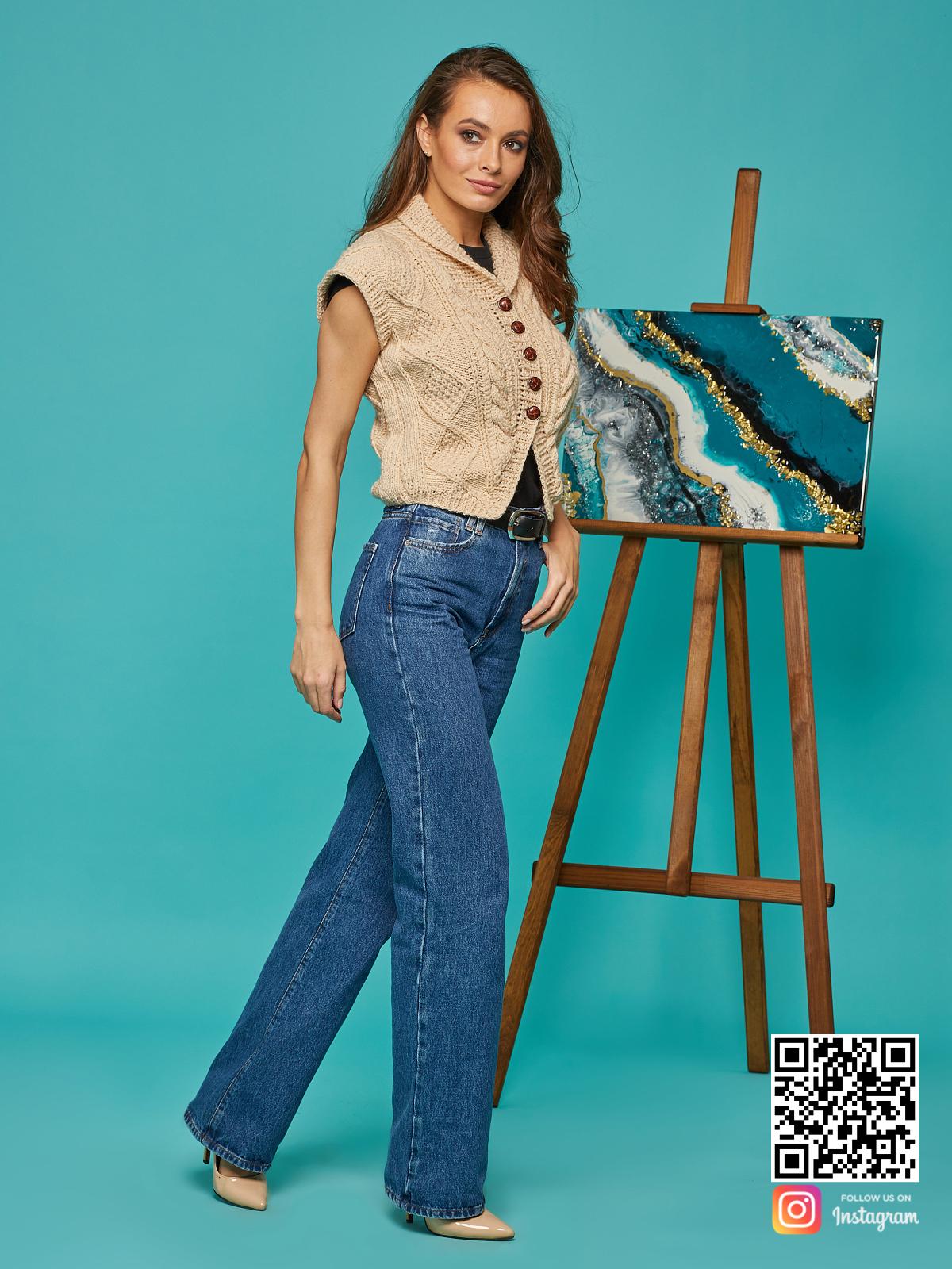 На третьей фотографии женская бежевая жилетка от Shapar, бренда вязаной одежды ручной работы в интернет-магазине связанных спицами вещей.