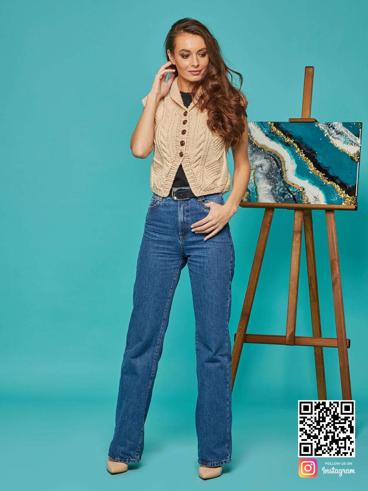 На пятой фотографии женская бежевая жилетка в косах от Shapar, бренда вязаной одежды ручной работы в интернет-магазине связанных спицами вещей.