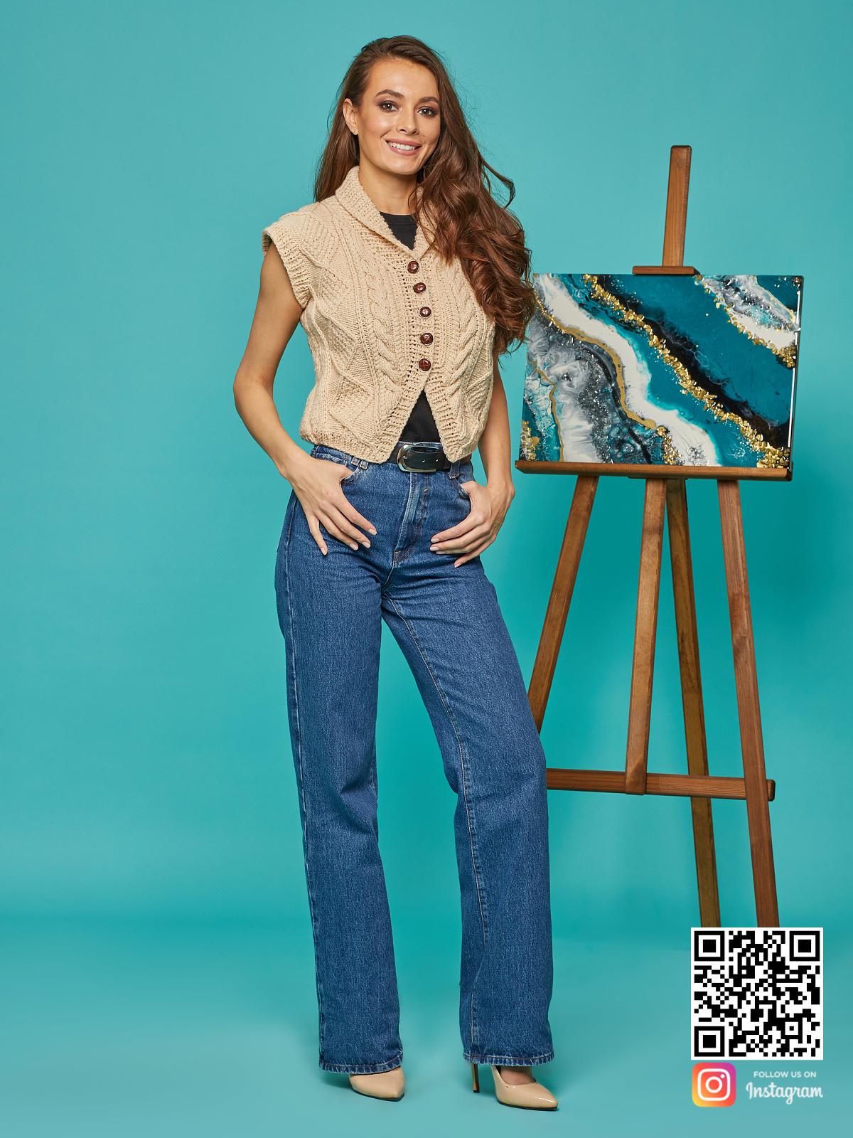 На фотографии бежевая жилетка от Shapar, бренда вязаной одежды ручной работы в интернет-магазине связанных спицами вещей.