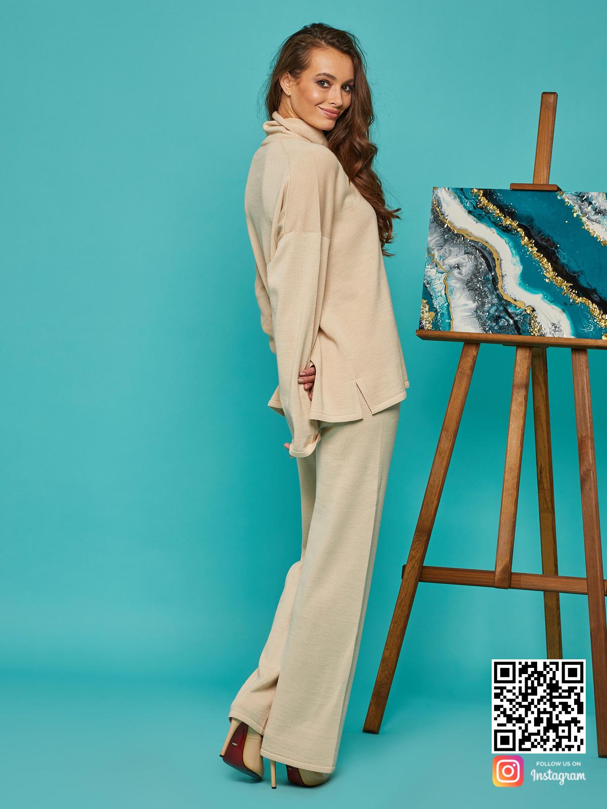 На седьмой фотографии элегантный бежевый брючный костюм от Shapar, бренда вязаной одежды ручной работы в интернет-магазине связанных спицами вещей.