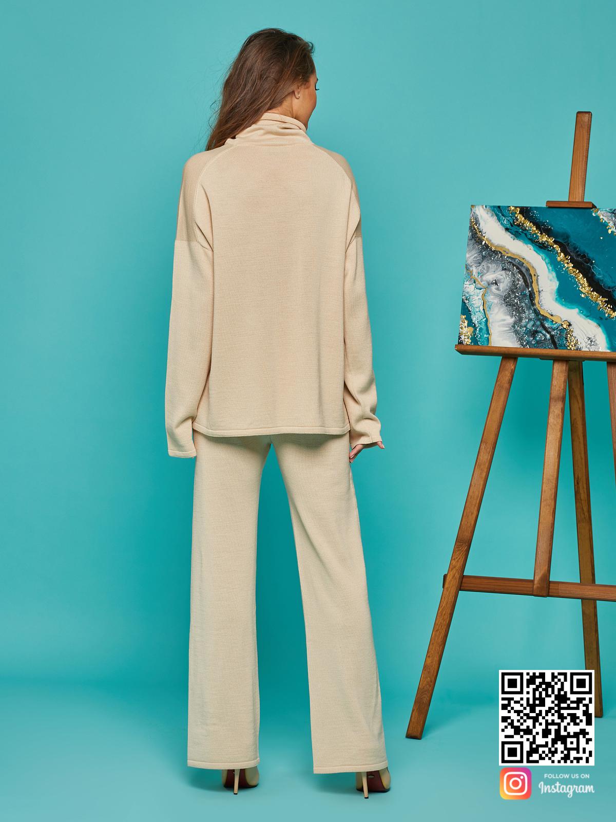 На второй фотографии женский бежевый брючный костюм со спины от Shapar, бренда вязаной одежды ручной работы в интернет-магазине связанных спицами вещей.