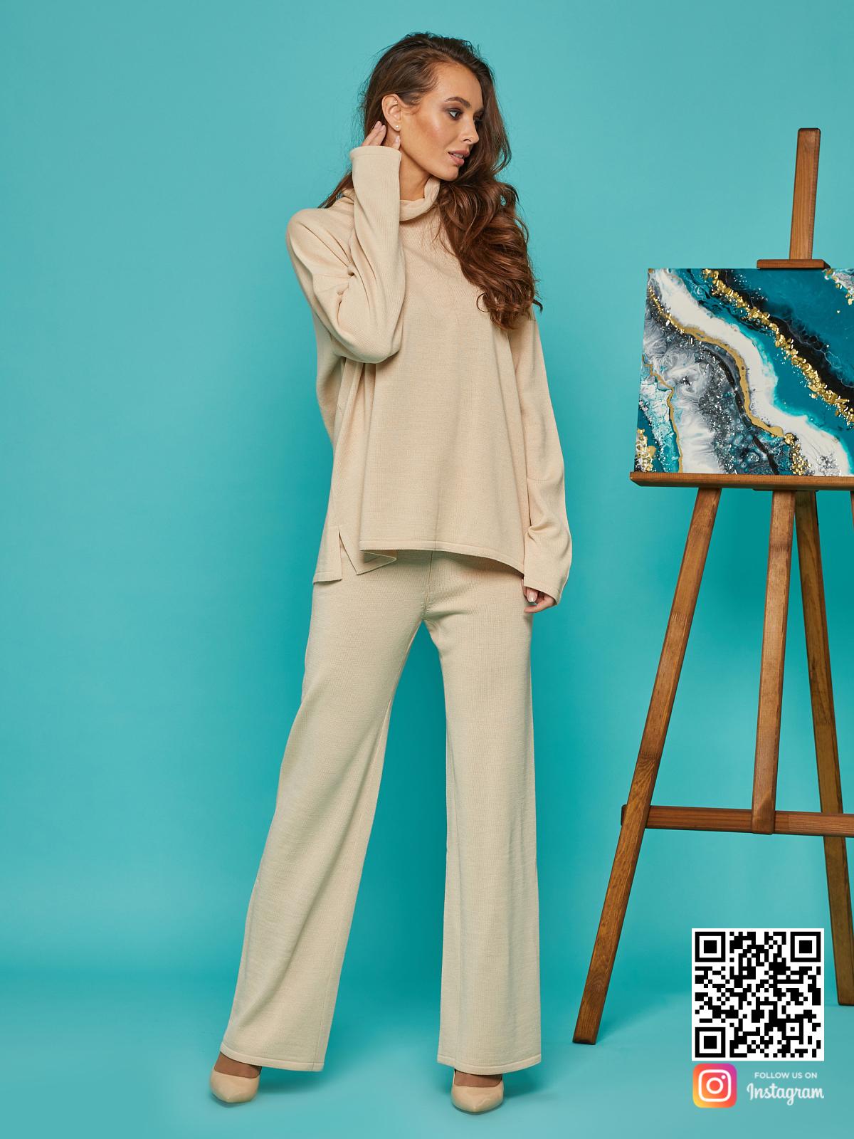 На шестой фотографии трикотажный бежевый брючный костюм от Shapar, бренда вязаной одежды ручной работы в интернет-магазине связанных спицами вещей.