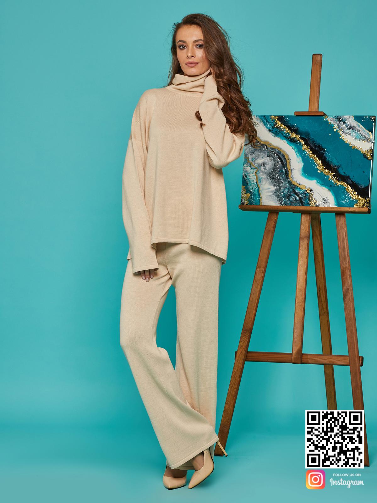 На восьмой фотографии бежевый брючный костюм для женщин от Shapar, бренда вязаной одежды ручной работы в интернет-магазине связанных спицами вещей.