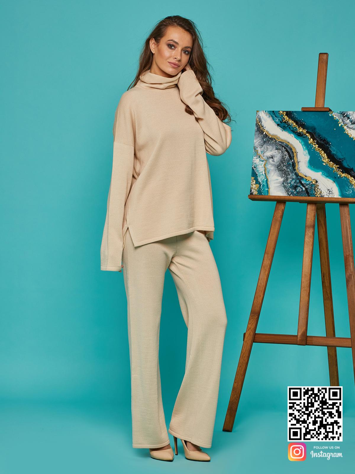 На третьей фотографии стильный бежевый брючный костюм от Shapar, бренда вязаной одежды ручной работы в интернет-магазине связанных спицами вещей.