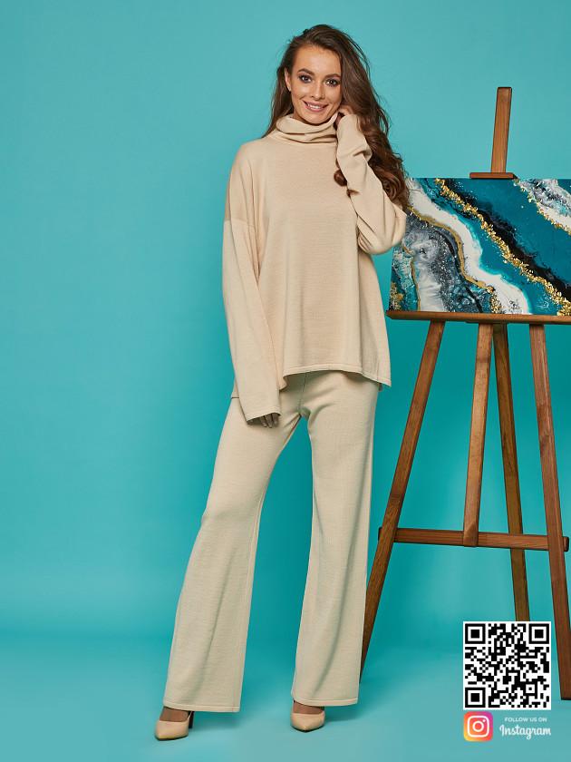 На фотографии женский бежевый брючный костюм от Shapar, бренда вязаной одежды ручной работы в интернет-магазине связанных спицами вещей.