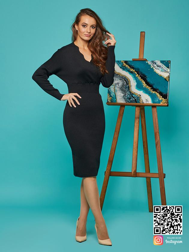 На фотографии вязаное черное деловое платье от Shapar, бренда женской одежды ручной работы в интернет-магазине связанных спицами вещей.