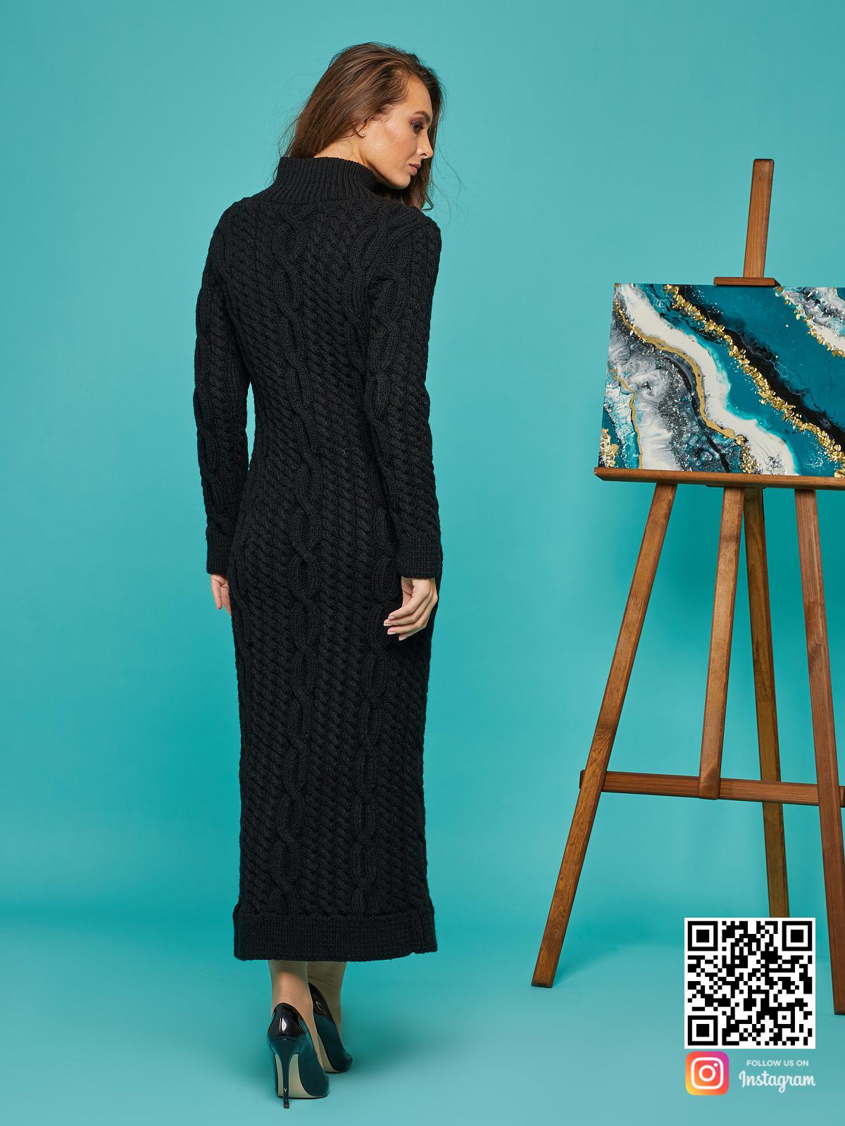 На второй фотографии черное вязаное длинное платье со спины от Shapar, бренда женской одежды ручной работы в интернет-магазине связанных спицами вещей.