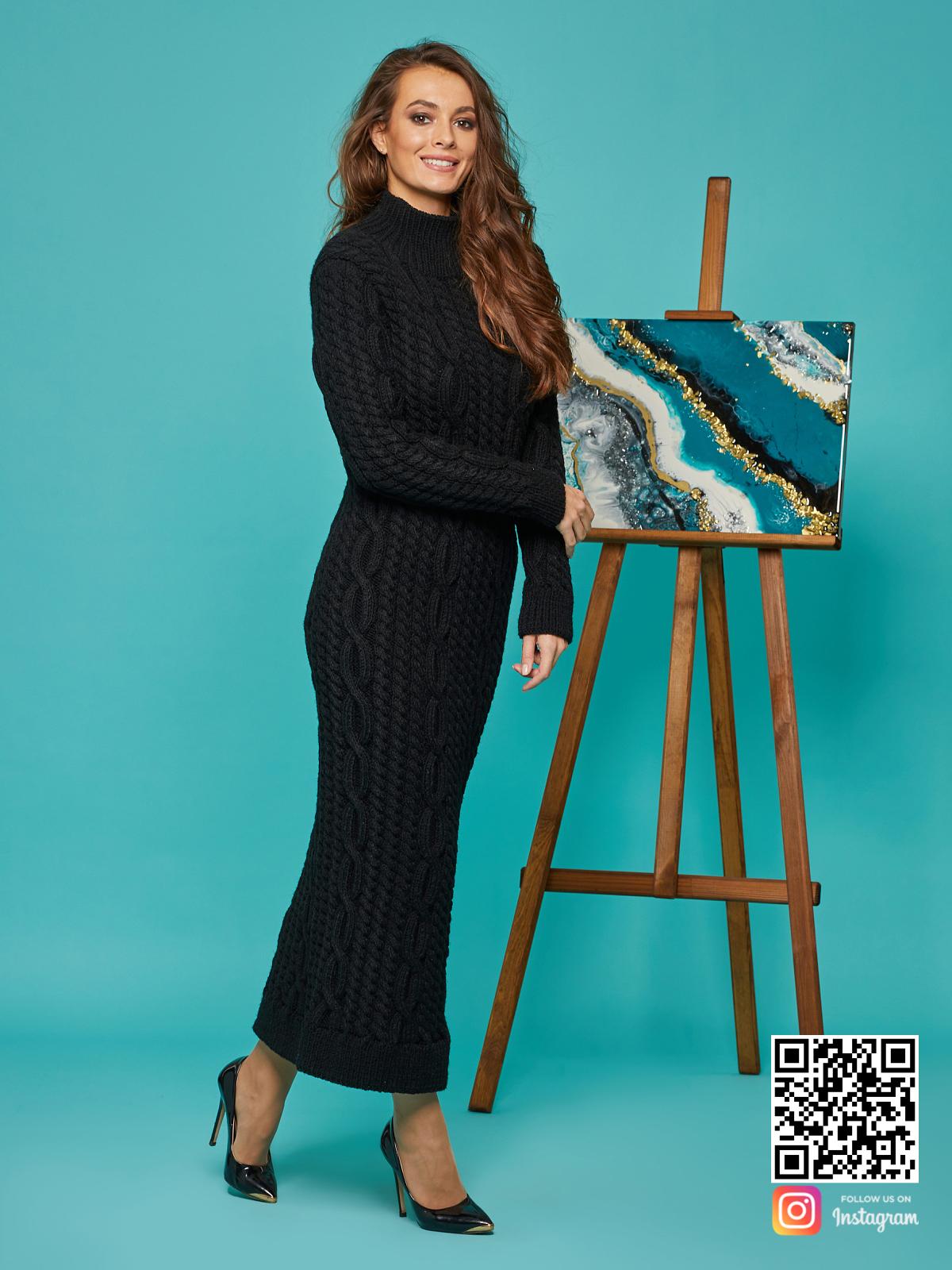 На третьей фотографии черное вязаное длинное платье с воротником-стойкой от Shapar, бренда женской одежды ручной работы в интернет-магазине связанных спицами вещей.