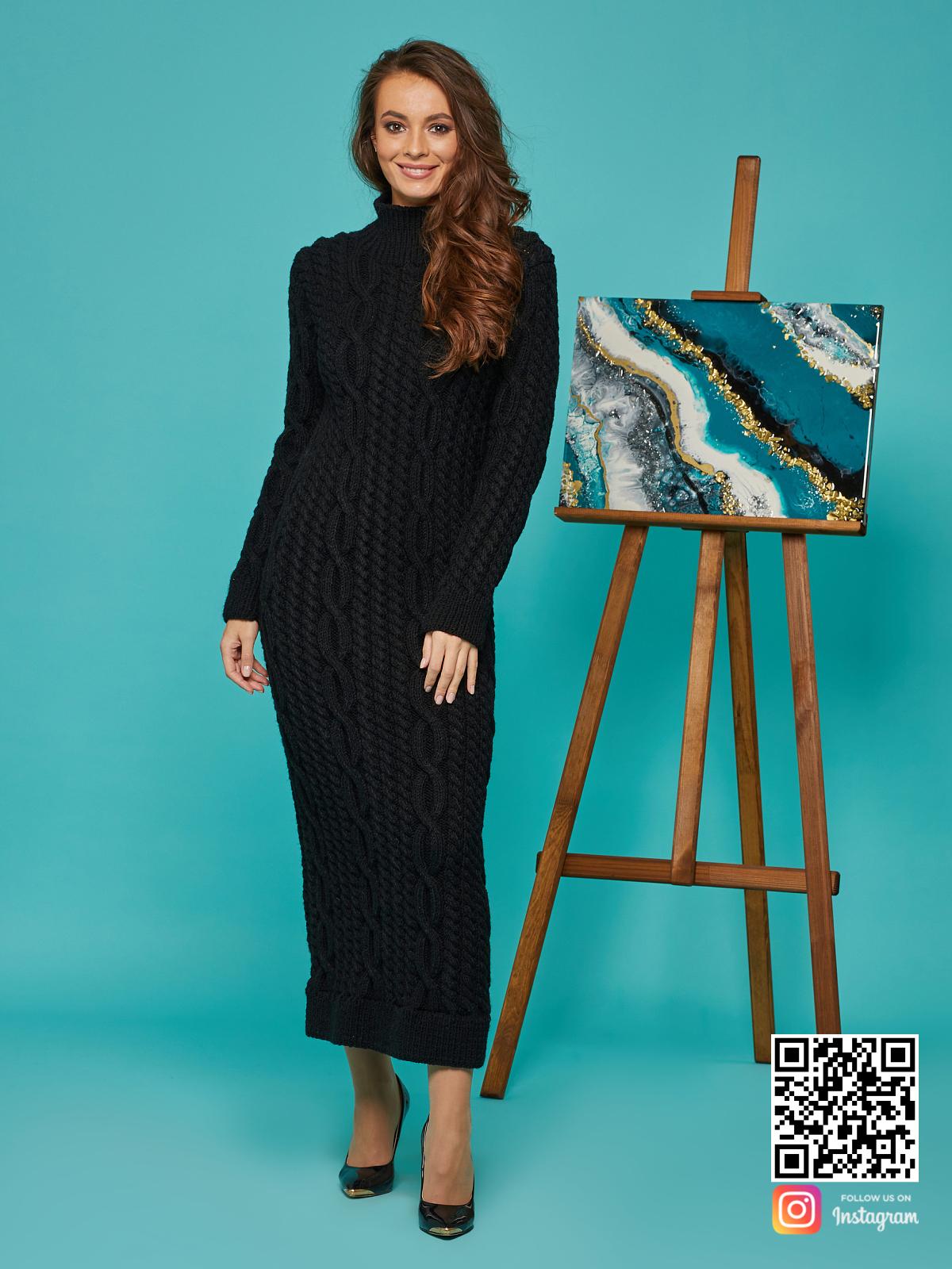 На фотографии черное вязаное длинное платье от Shapar, бренда женской одежды ручной работы в интернет-магазине связанных спицами вещей.