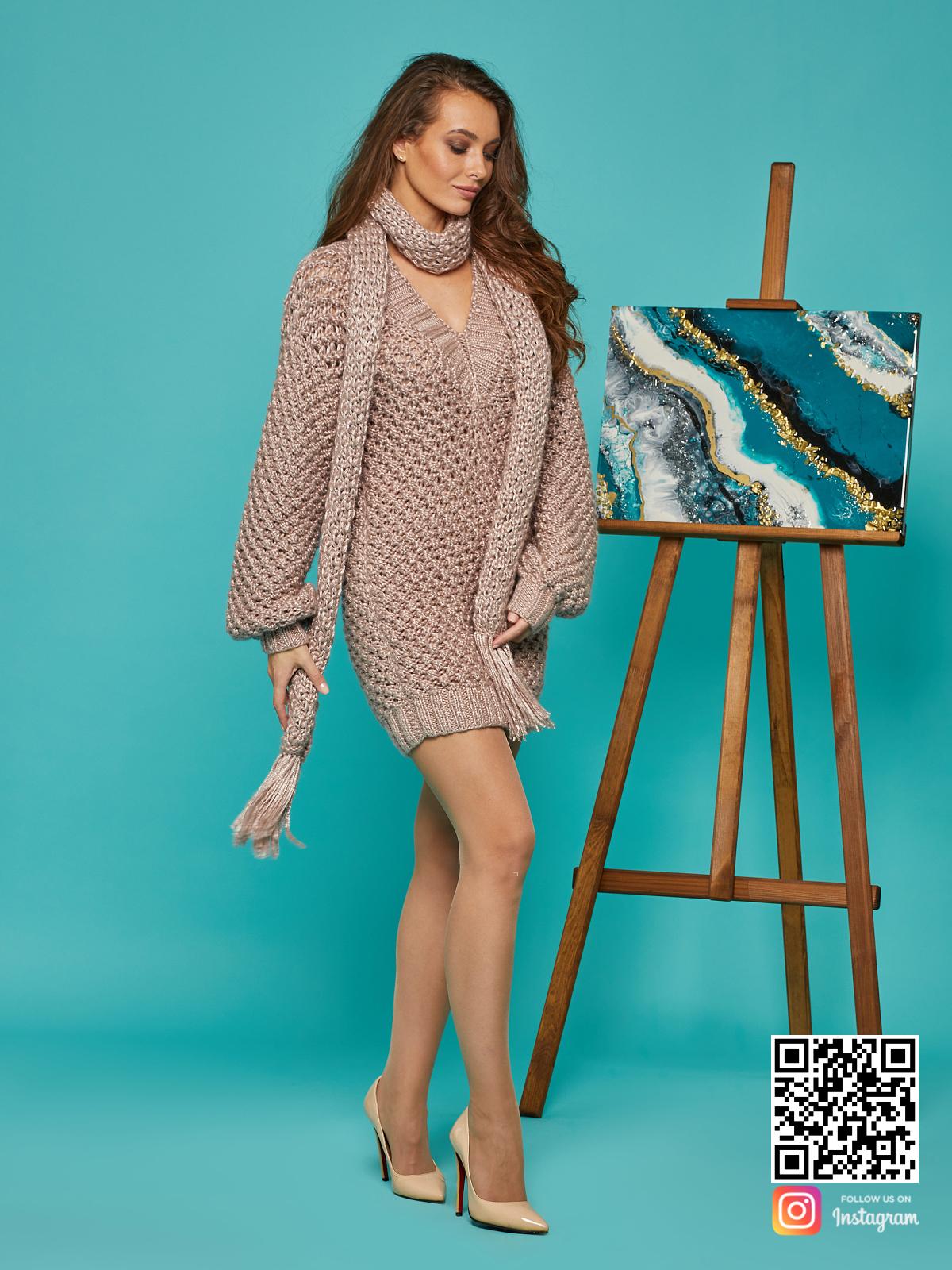 На пятой фотографии женское длинное платье свитер кремового цвета от Shapar, бренда вязаной одежды ручной работы в интернет-магазине связанных спицами вещей.