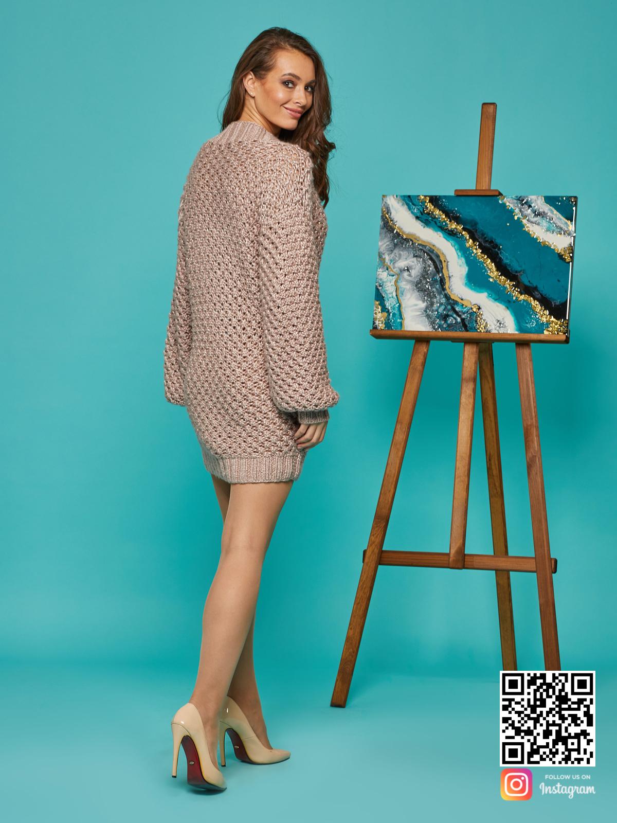 На второй фотографии женское длинное платье свитер со спины от Shapar, бренда вязаной одежды ручной работы в интернет-магазине связанных спицами вещей.